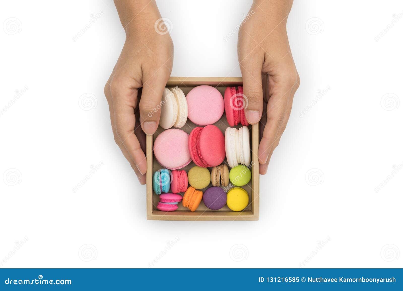 Wręcza trzymać kolorowych macaroons, Słodki i smakowity dla gotować i
