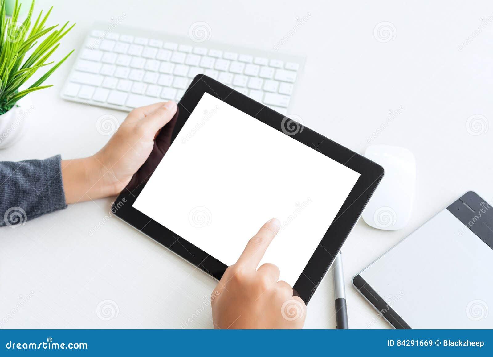 Wręcza używać cyfrowego pastylka palca dotyka pusty ekran