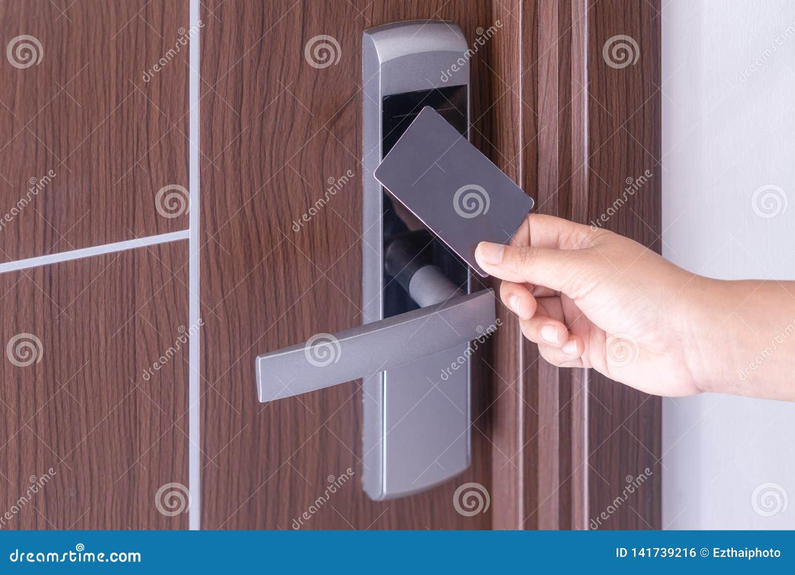 Wręcza używać elektroniczną mądrze contactless kluczową kartę dla otwiera drzwi w hotelu lub domu