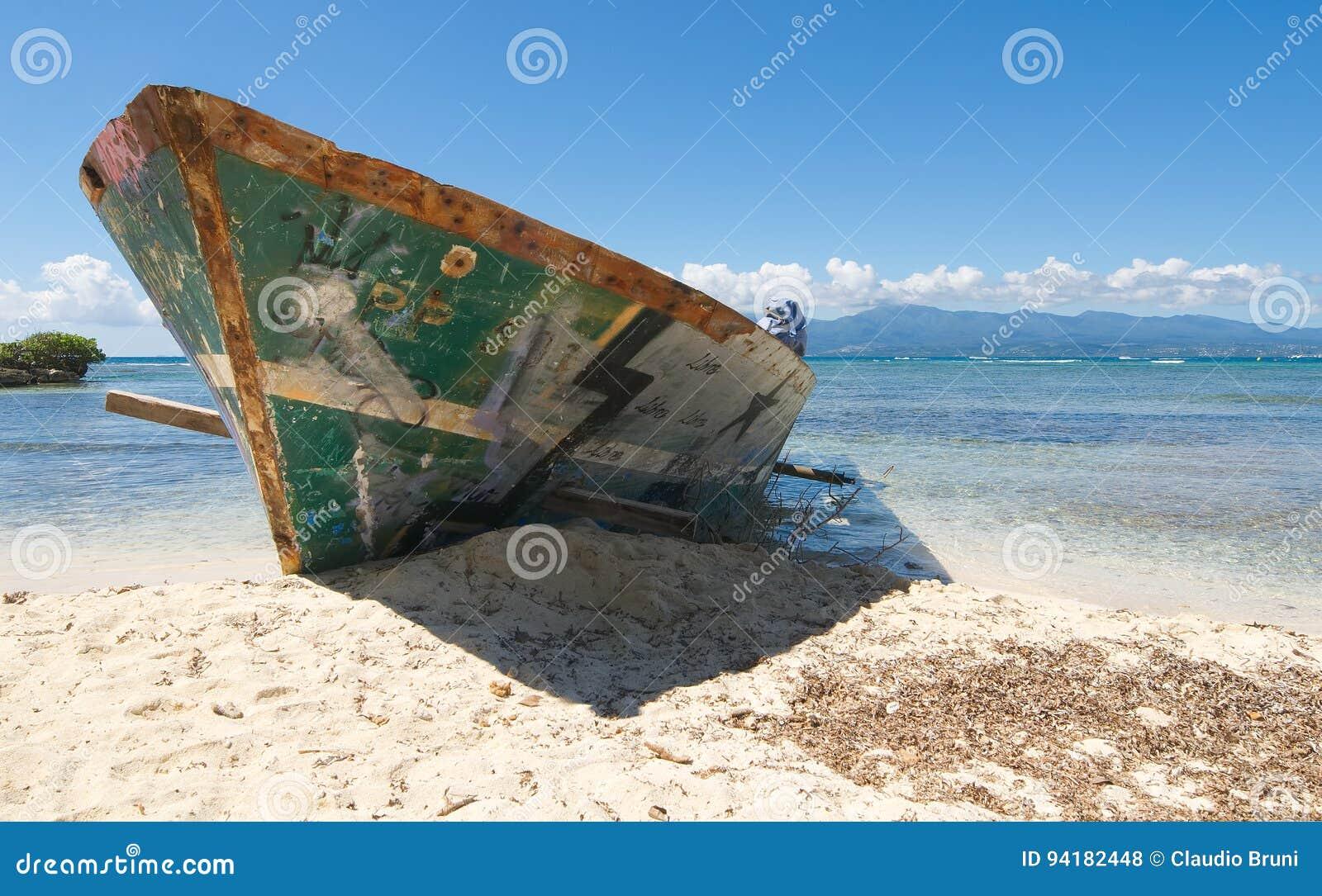Wrak op wit tropisch strand - het eiland van Le Gosier - Guadeloupe