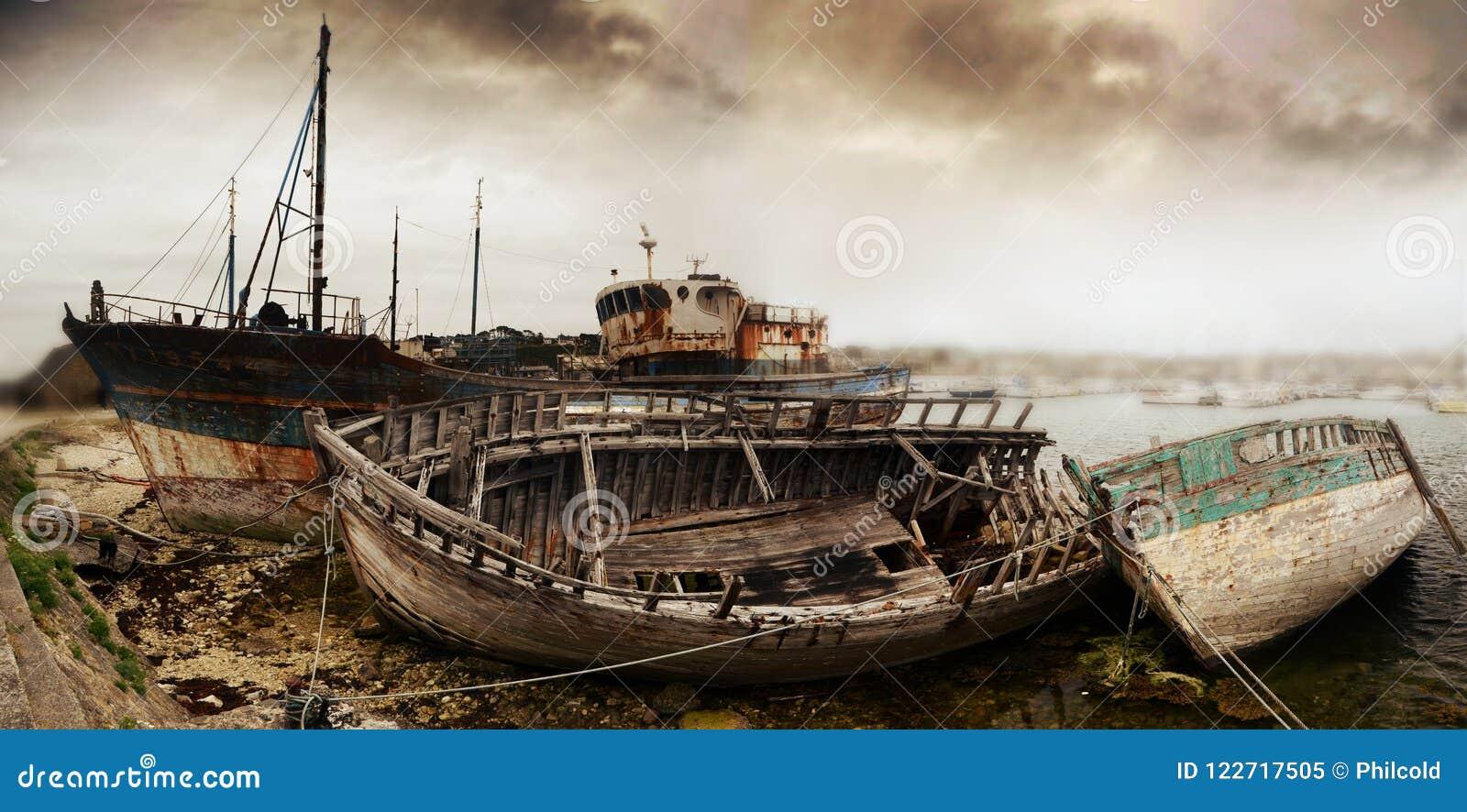 Wrak van oude vissersboten