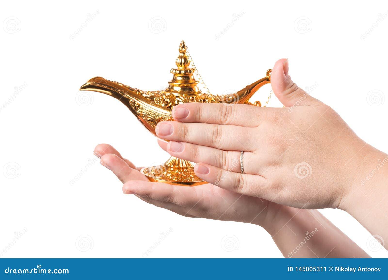 Wrijvend magische lamp met vrouwelijke die handen op witte achtergrond worden ge?soleerd concept voor het dit wensen, geluk en ma