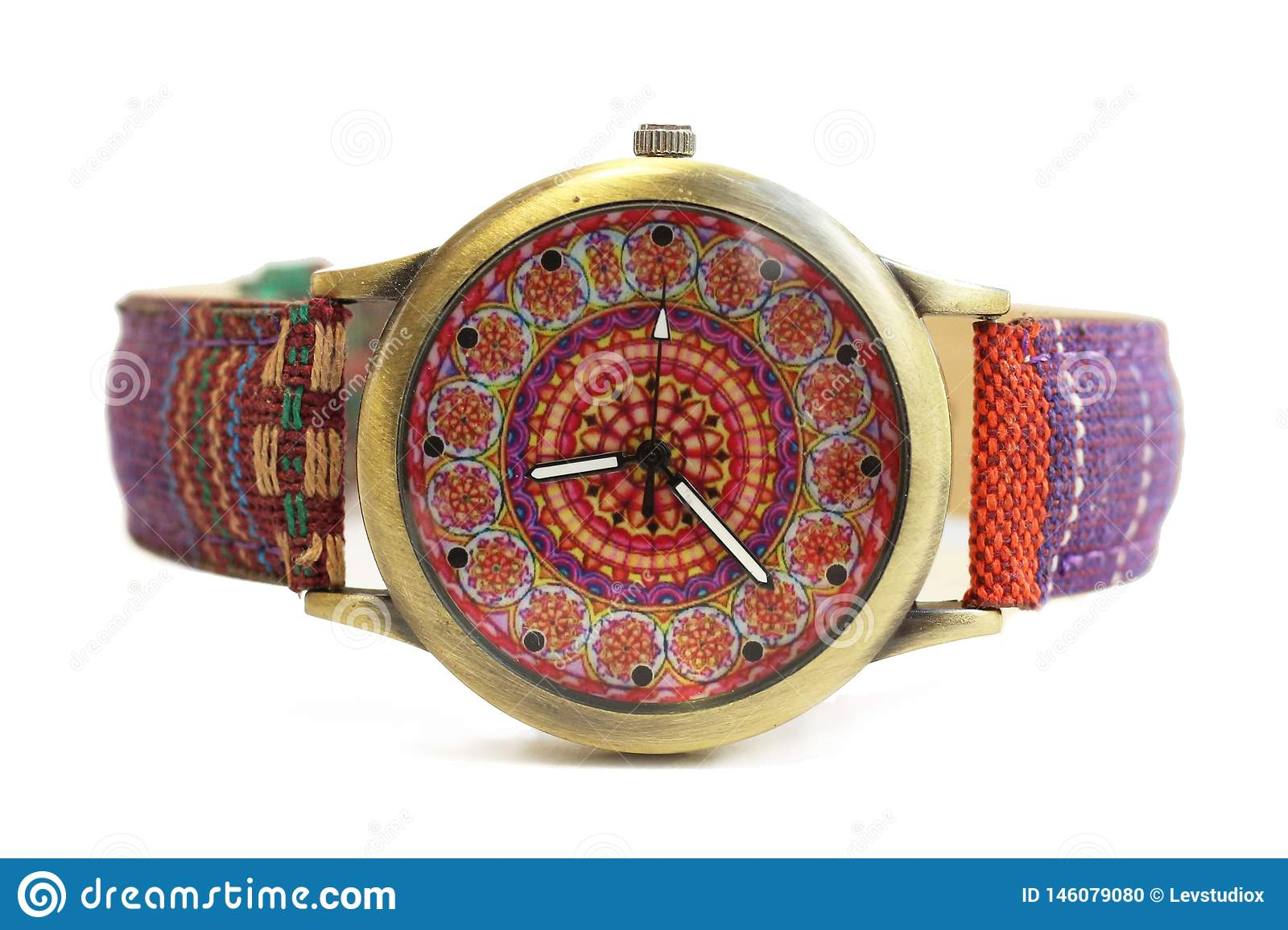 Wristwatches στο εθνικό ύφος χίπηδων σε ένα απομονωμένο λευκό υπόβαθρο
