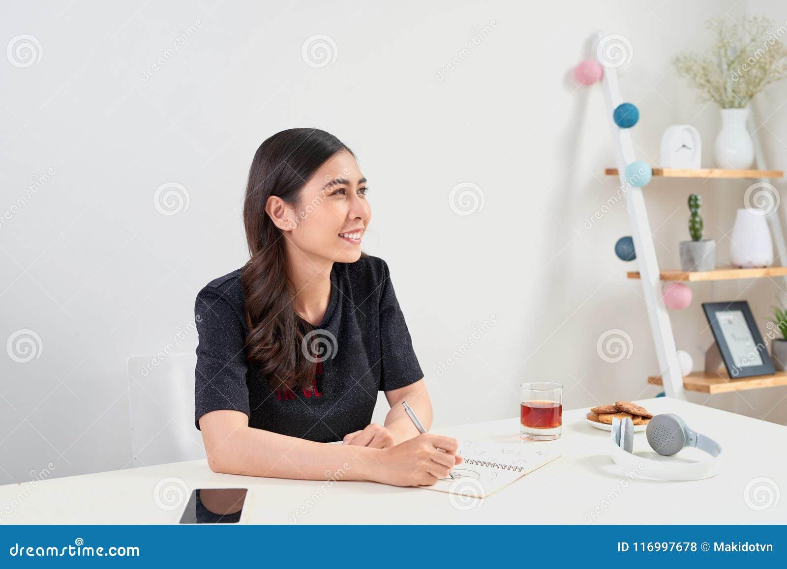 Writing studiowania Pracujący Planistyczny pojęcie Azjatycka kobieta pisze j