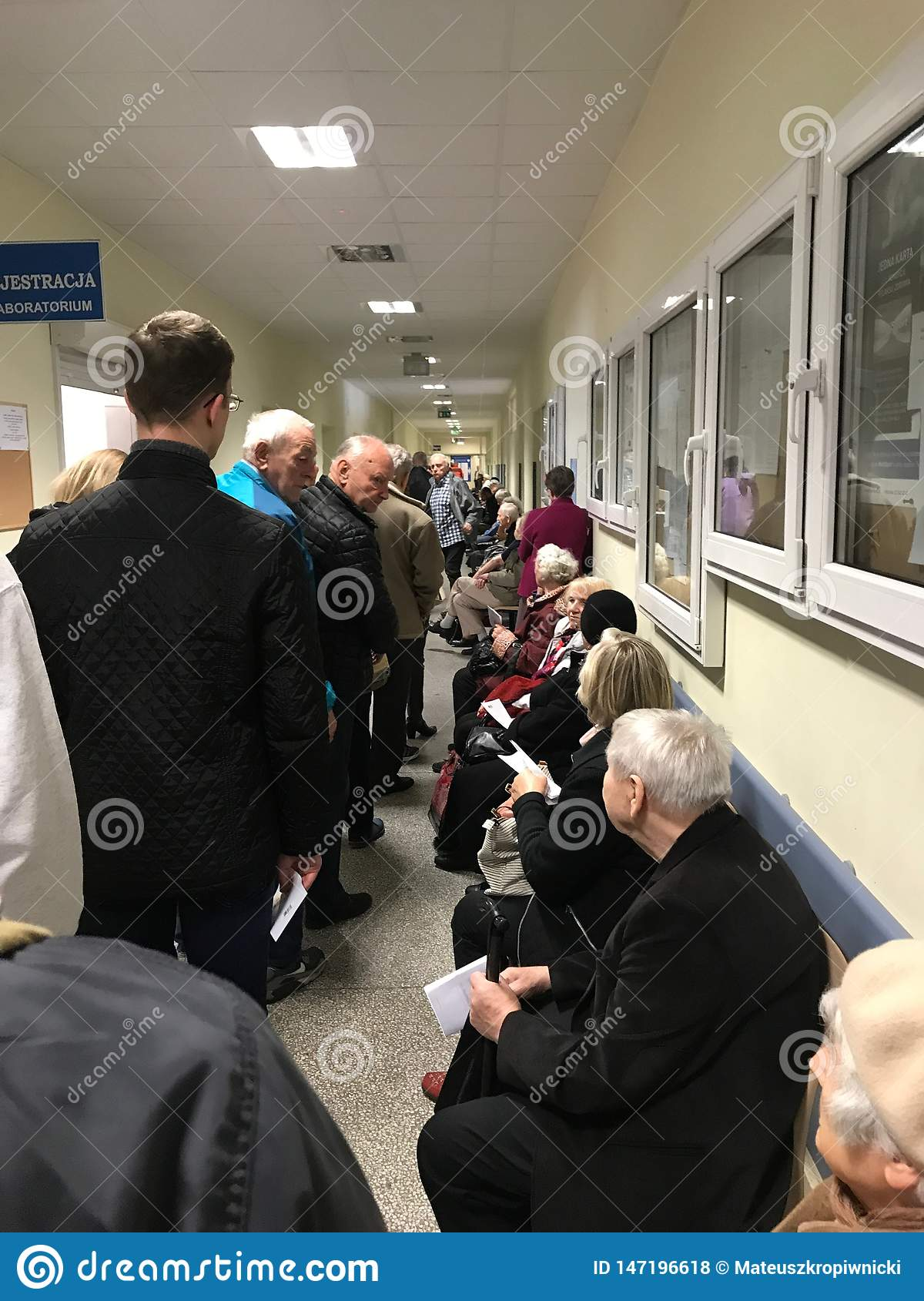 WrocÅ 'aw,波兰- 2019年5月6日:等待在长行的公共保健的患者对注册室 线那么长期是那