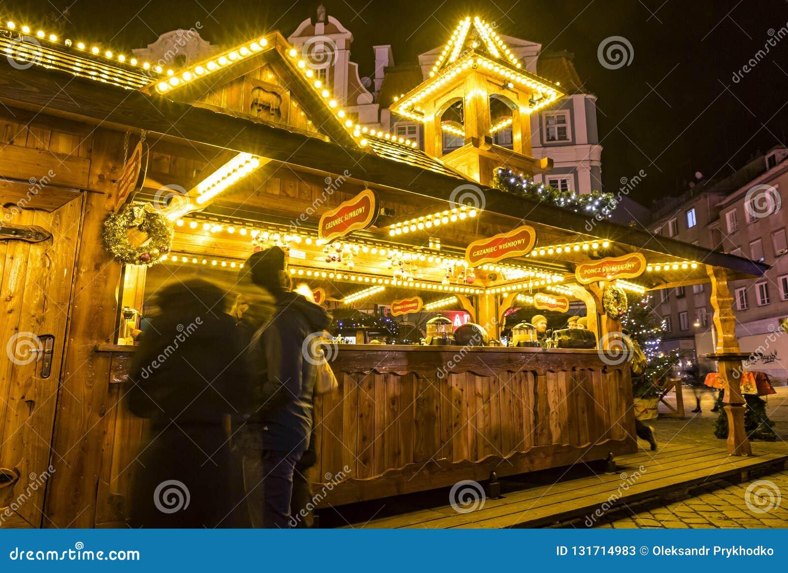 WROCŁAWSKI, POLSKA - DEC 7, 2017: Boże Narodzenia wprowadzać na rynek na Targowym kwadracie Rynek w Wrocławskim, Polska