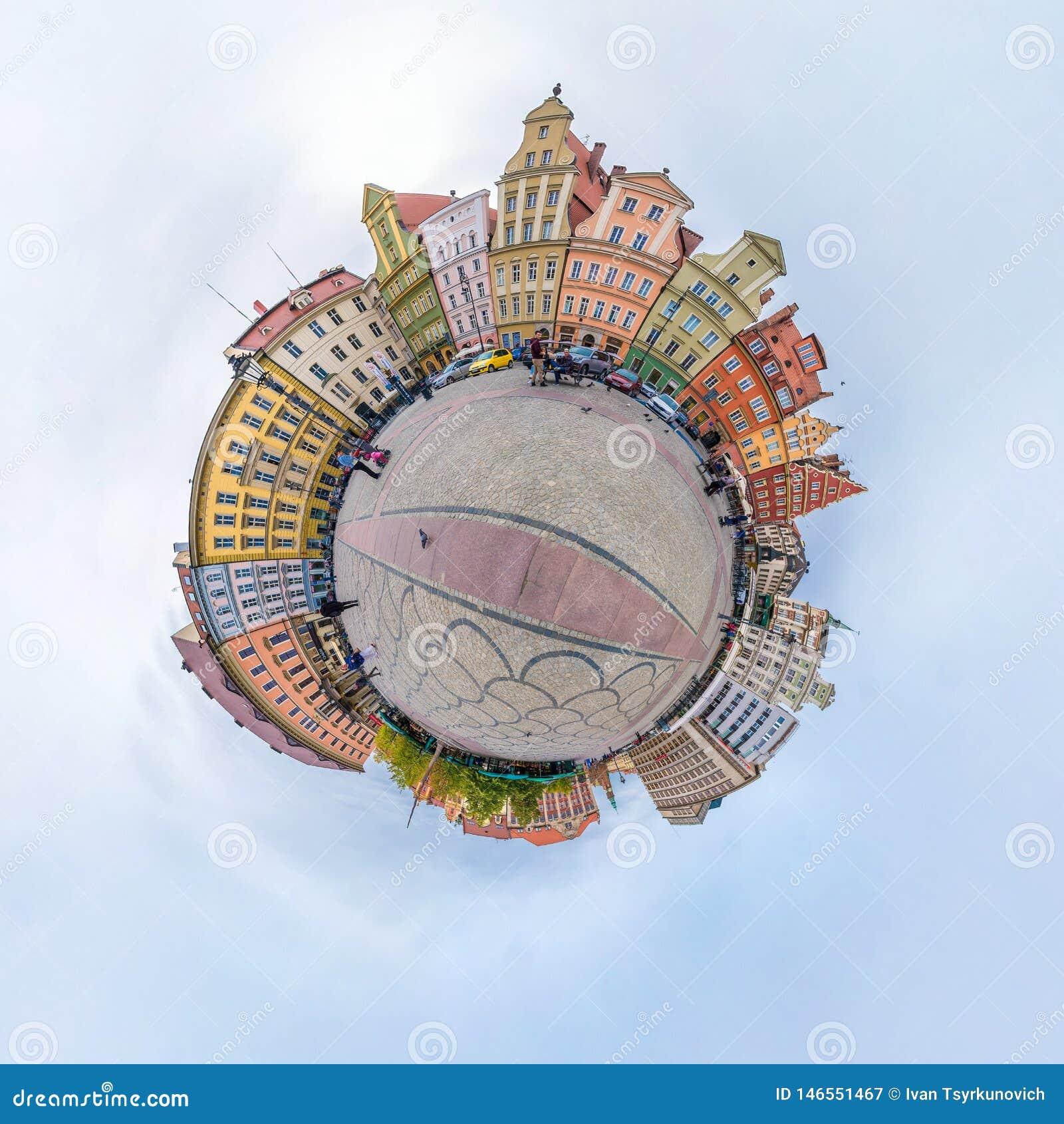 WROCLAW, POLEN - OKTOBER 2018: Weinig planeet Sferische lucht 360 panoramamening over straat oude middeleeuwse stad Wroclaw, Pole