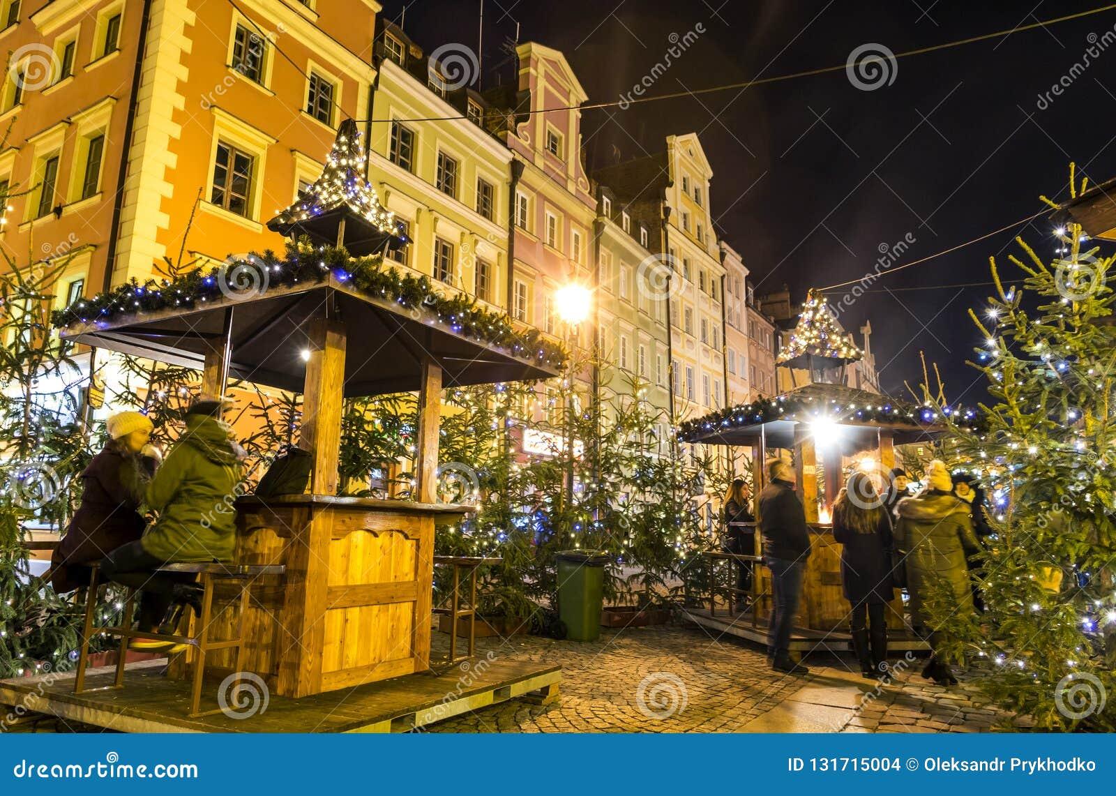WROCLAW, POLONIA - 7 DE DICIEMBRE DE 2017: Mercado de la Navidad en la plaza del mercado Rynek en Wroclaw, Polonia