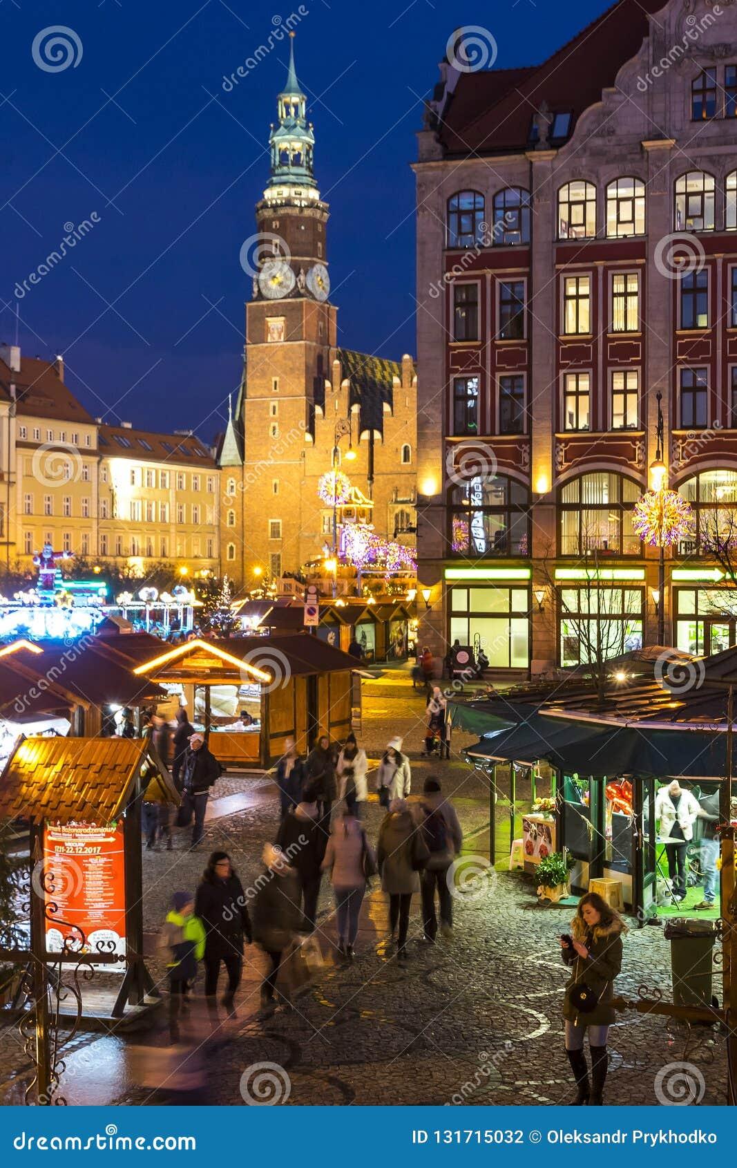 WROCLAW, POLONIA - 8 DE DICIEMBRE DE 2017: Mercado de la Navidad en la plaza del mercado Rynek en Wroclaw, Polonia