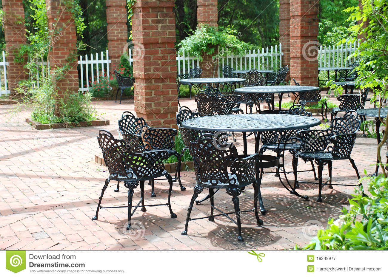 Delicieux Wrought Iron Furniture In Airy Courtyard