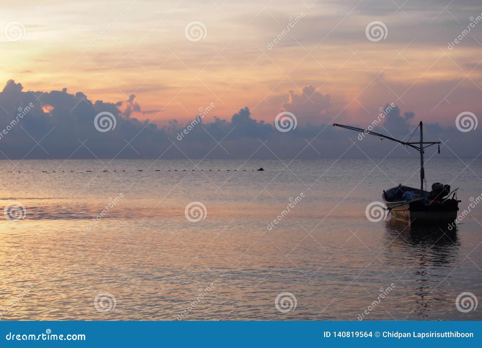 Wschód słońca z łodzią rybacką