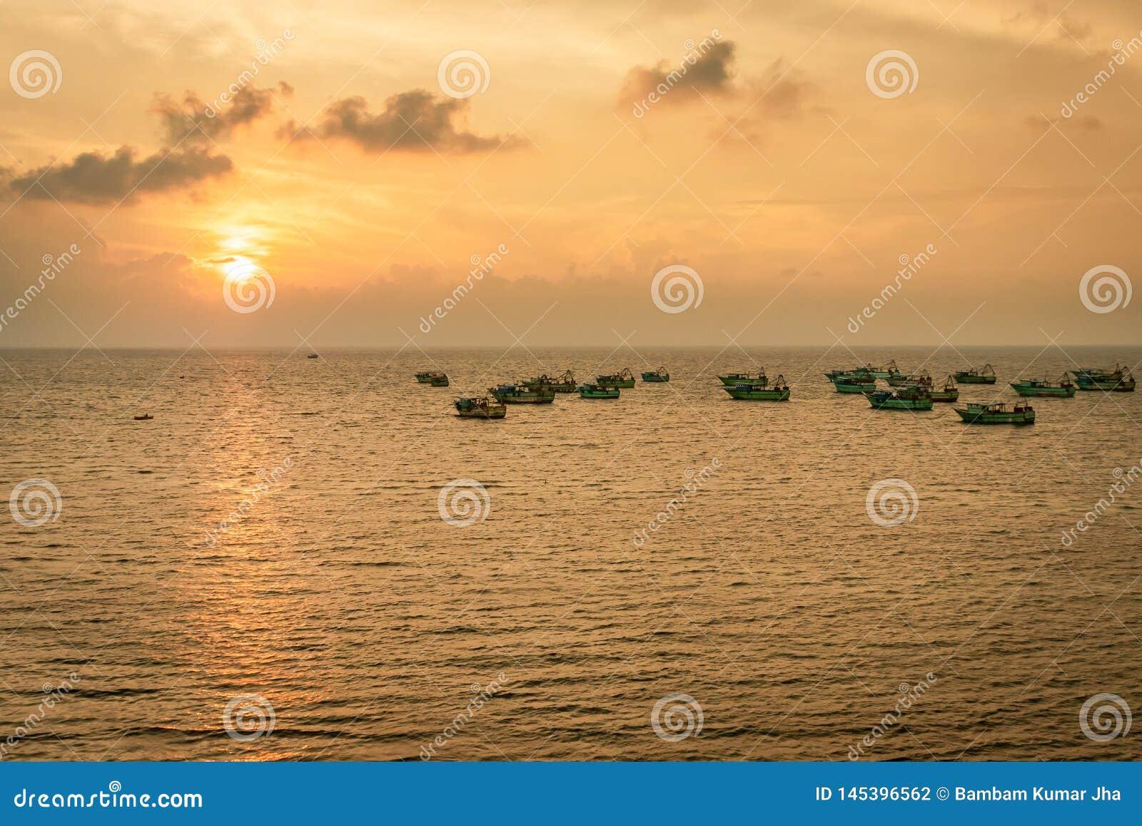 Wschód słońca łodzi rybackiej kłoszenie