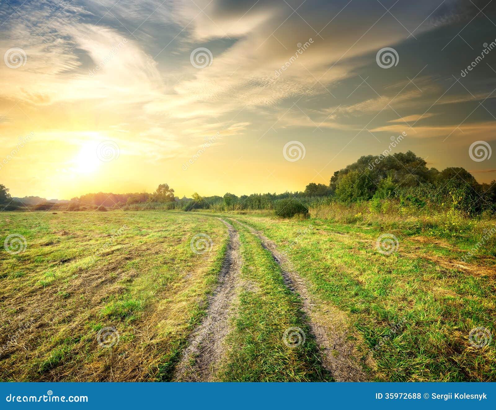 Wschód słońca i droga w polu