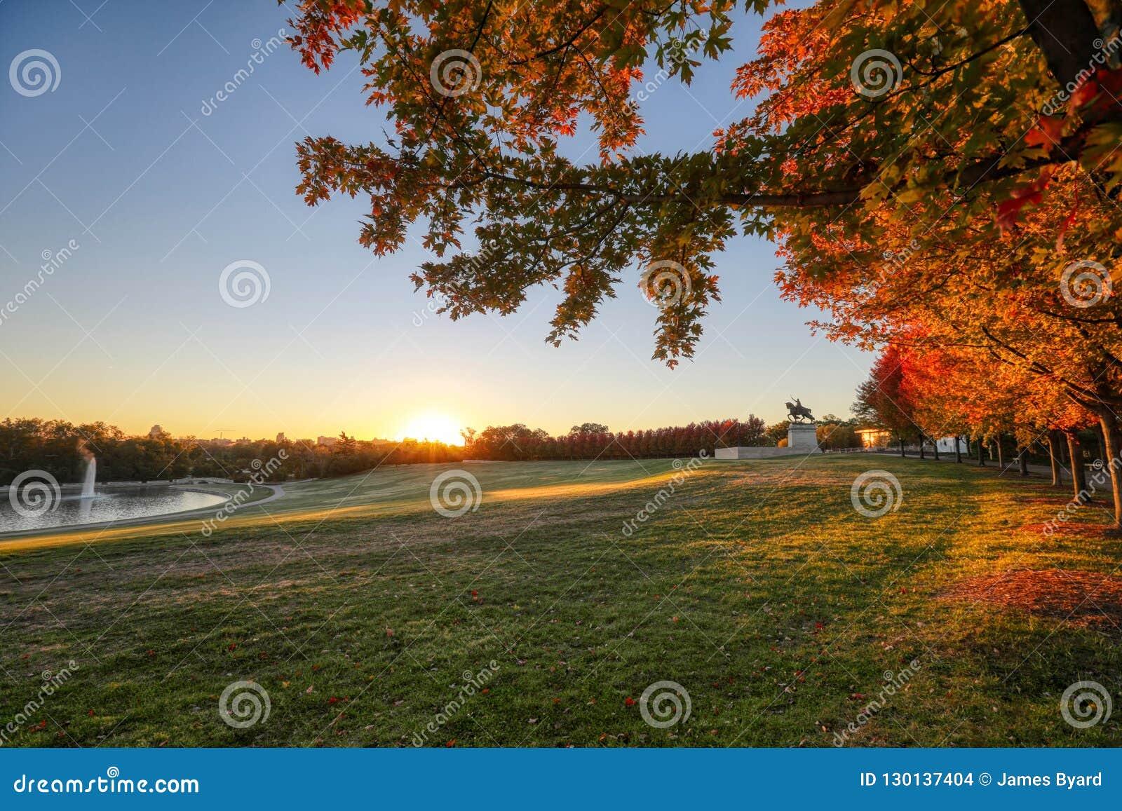 Wschód słońca i spadku ulistnienie na sztuki wzgórzu, St Louis, Missouri