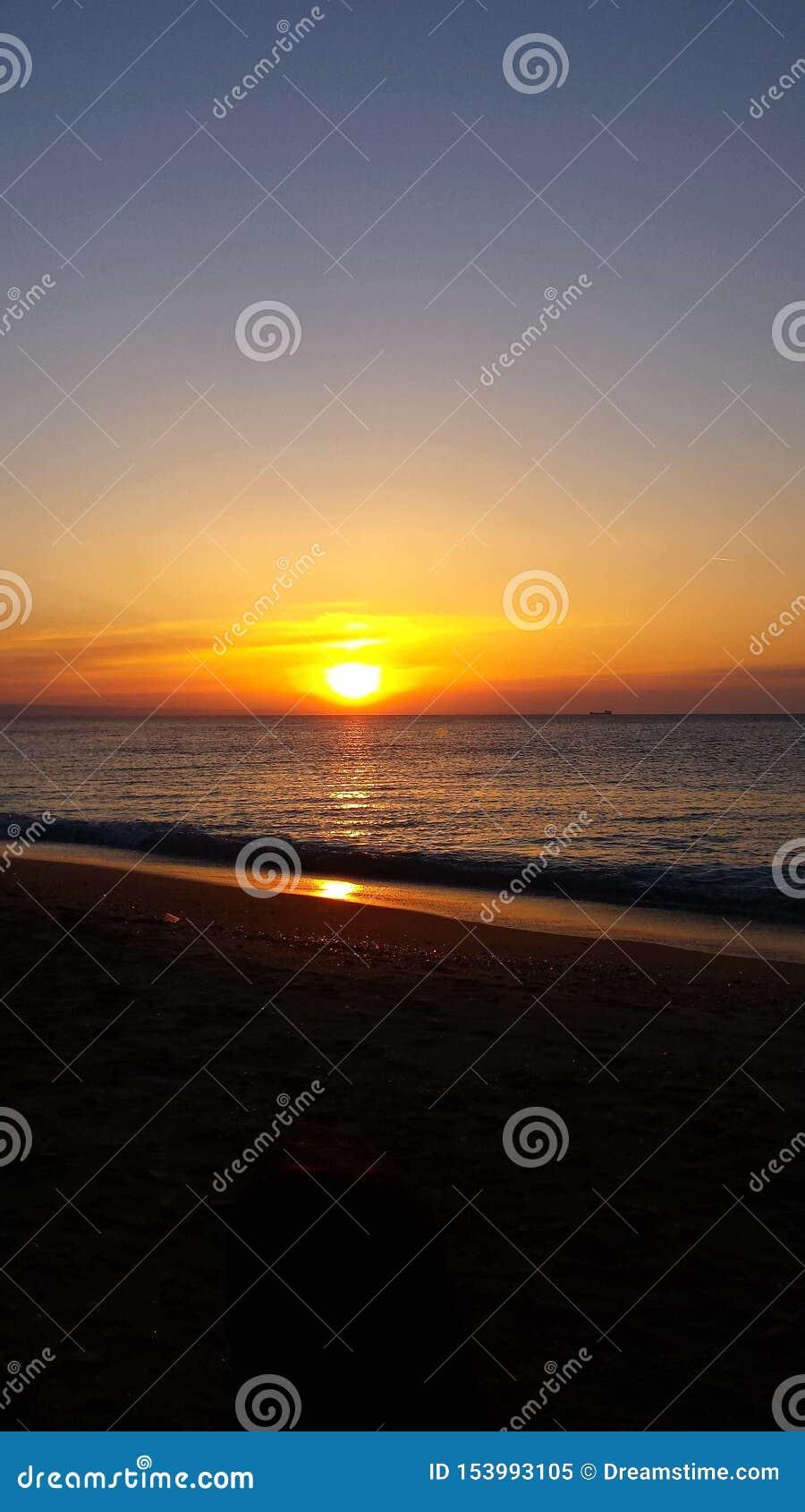 Wschód słońca i zaciszność, szczęśliwy i spokojny