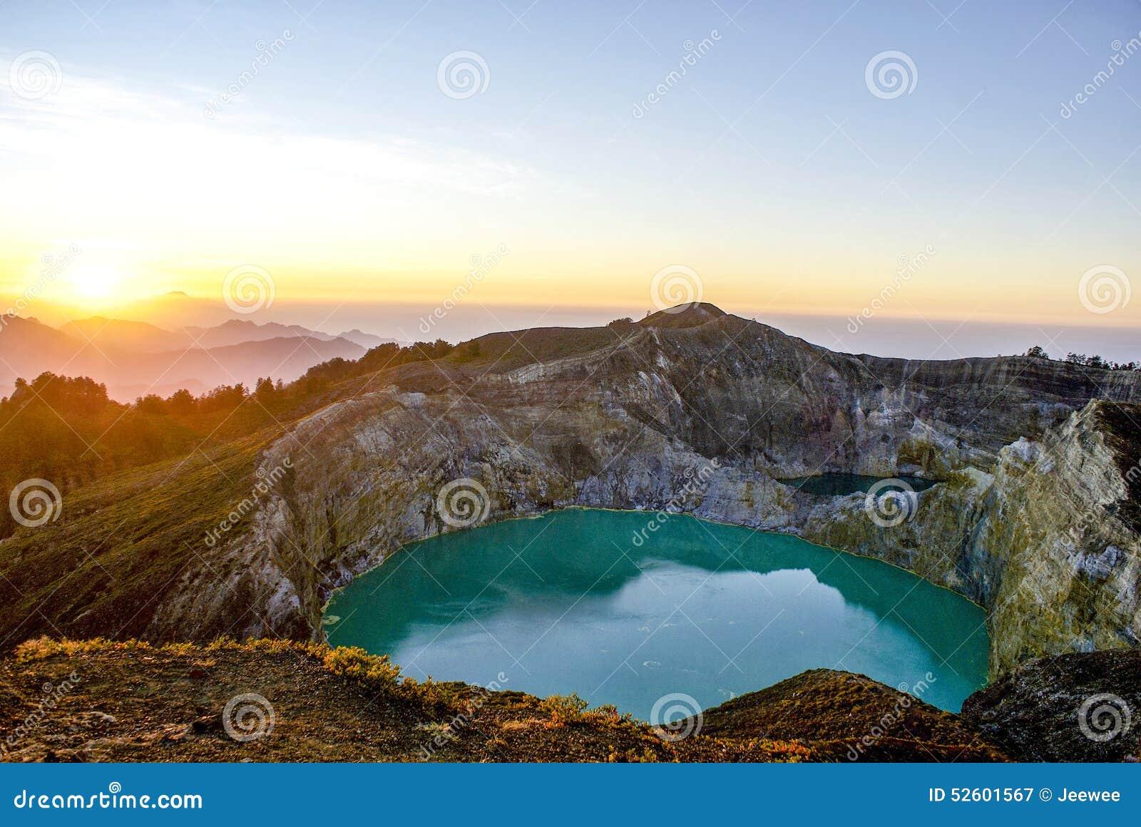 Wschód słońca na górze Kelimutu, Flores, Indonezja