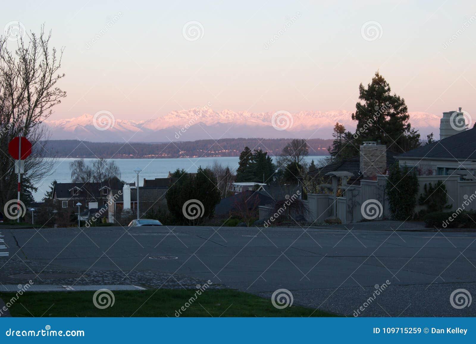 Wschód słońca na Olimpijskich górach od ulic Seattle