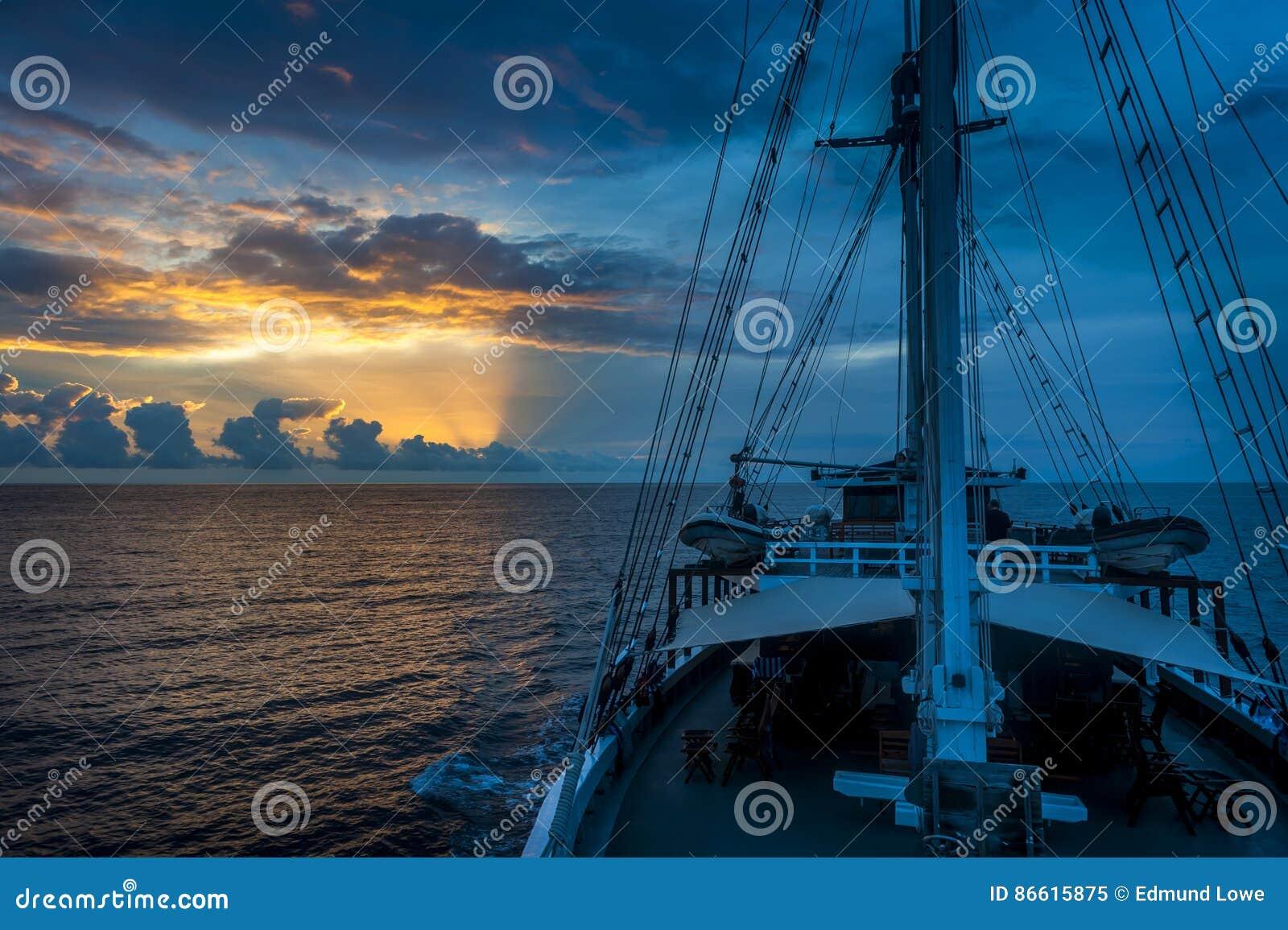 Wschód słońca Na pokładzie Tradycyjny Phinisi skuner