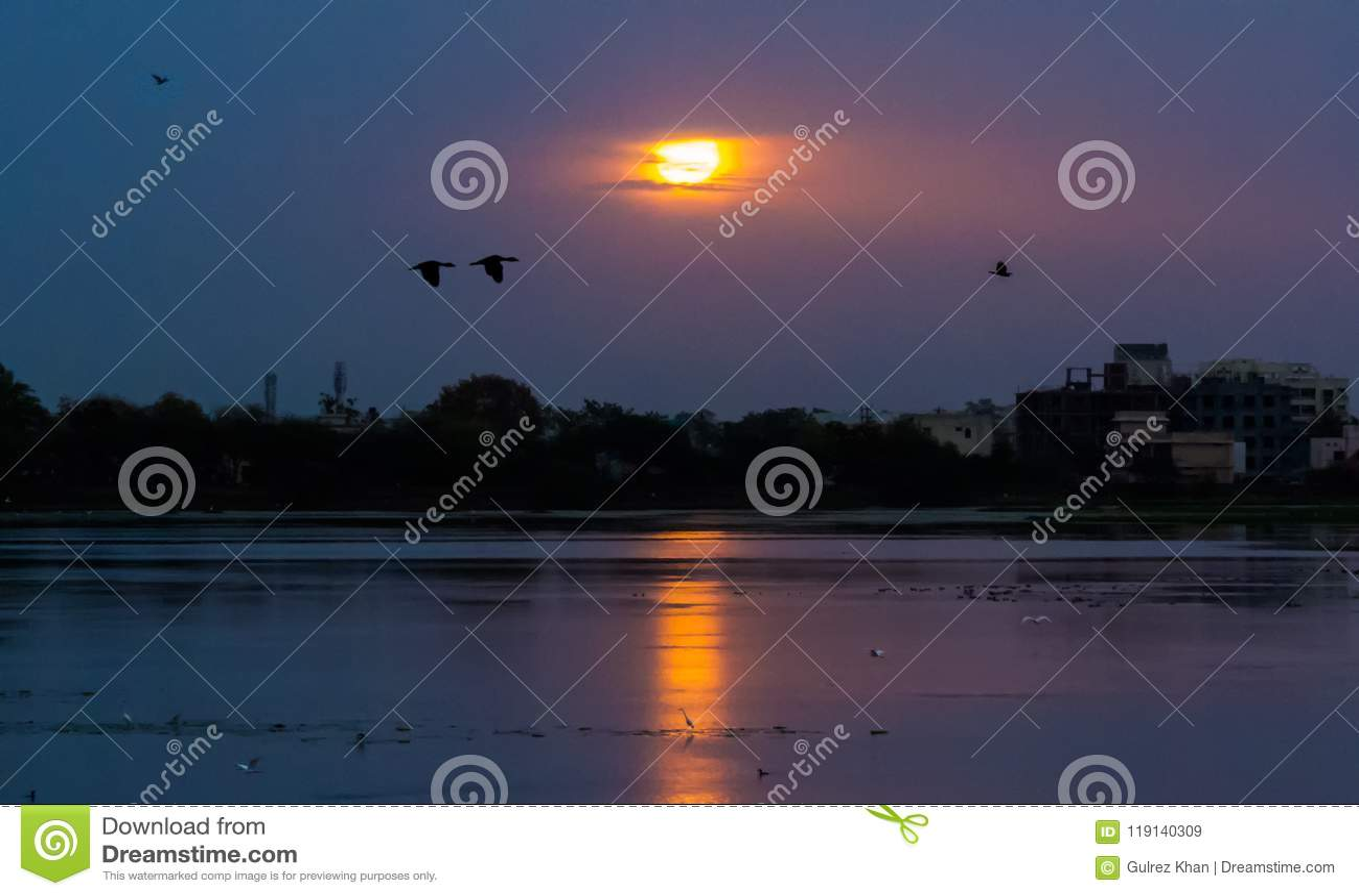 Wschód słońca na Sirpur jeziorze, India