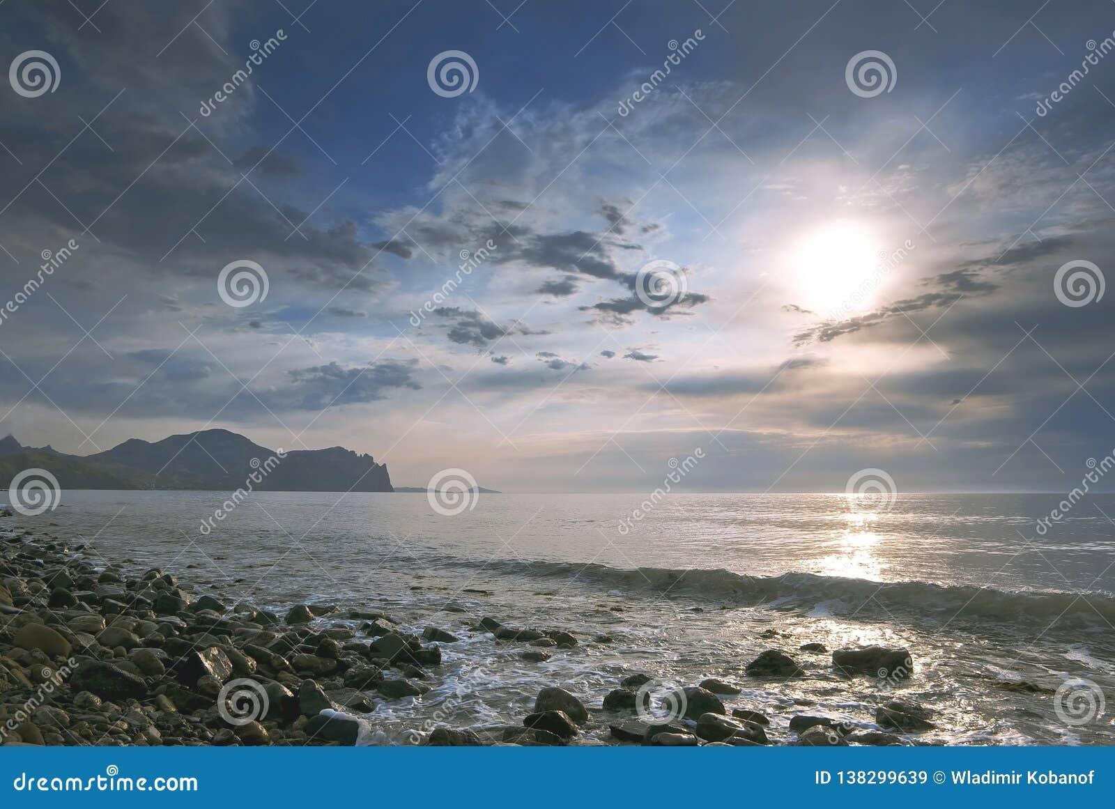 Wschód słońca na spokojnym morzu