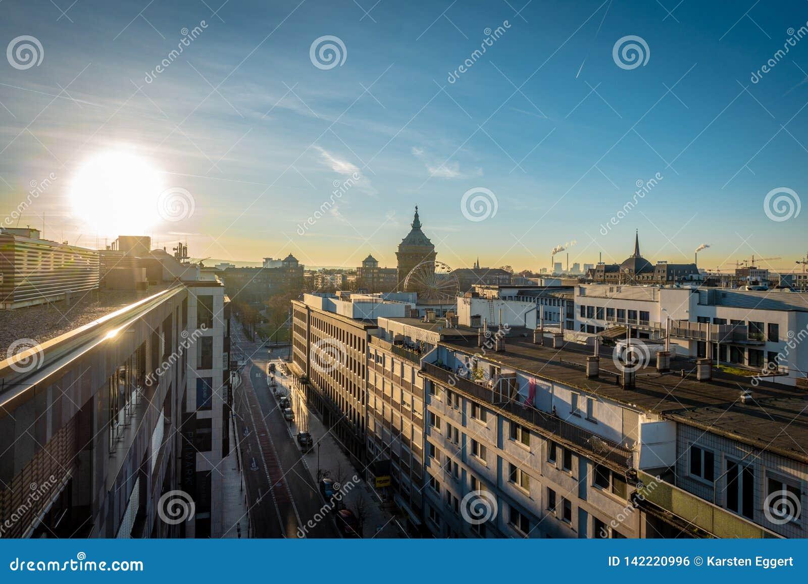 Wschód słońca nad dachami w mieście