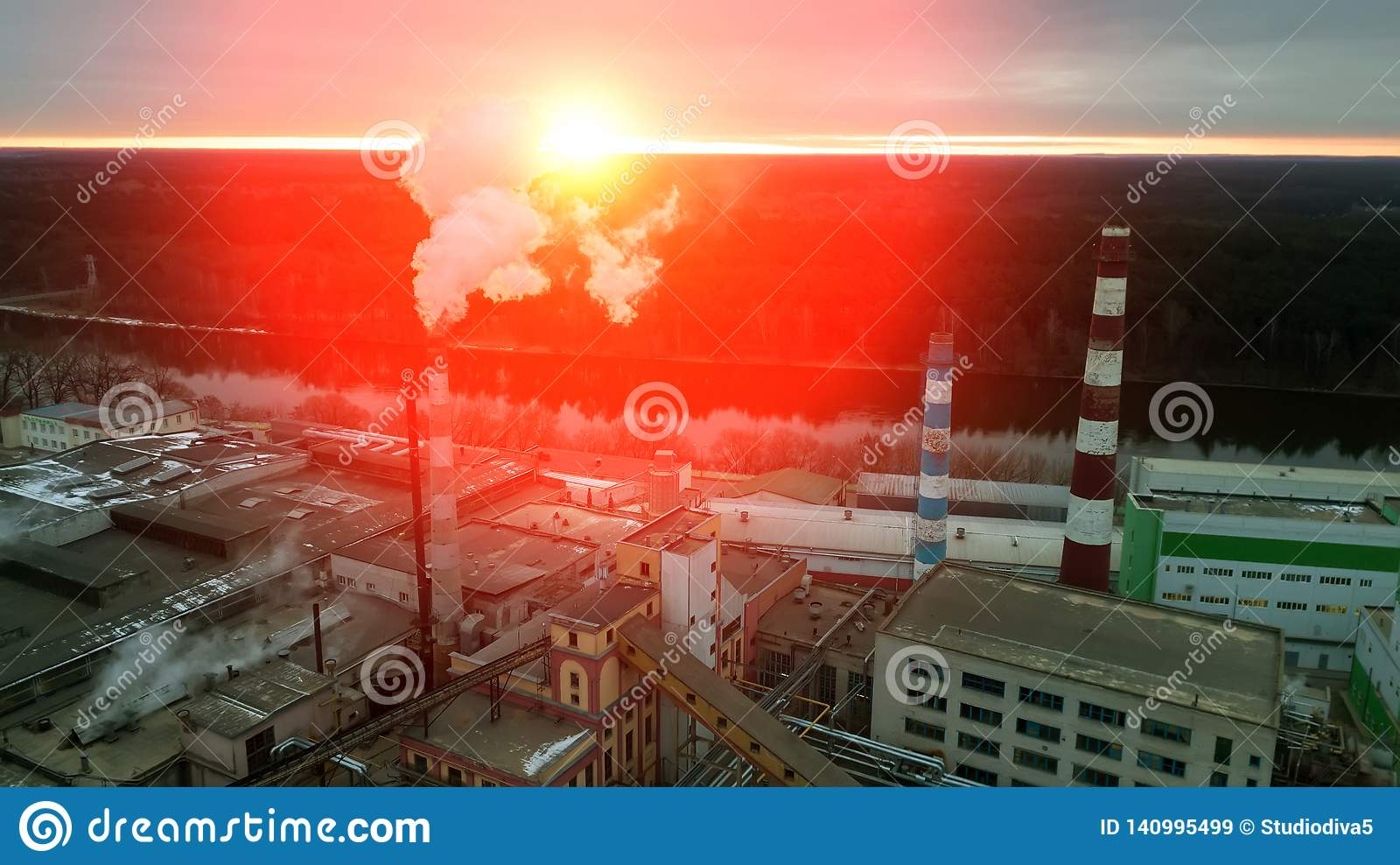 Wschód słońca nad fabryką