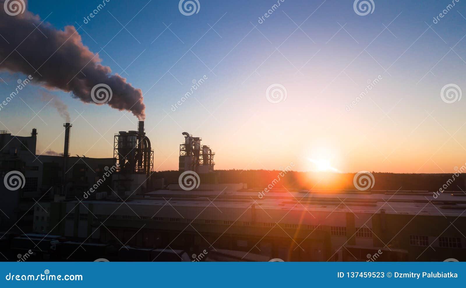 Wschód słońca nad fabryką Dymów komesi od drymb przy świtem