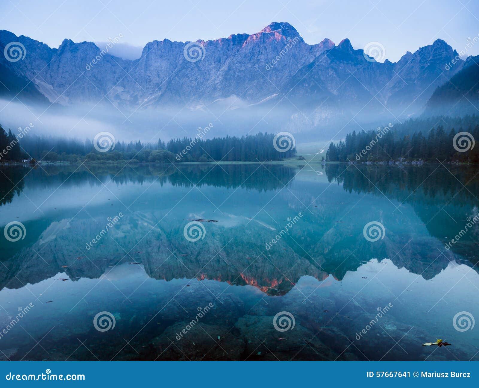 Wschód słońca nad pięknym wysokogórskim jeziorem
