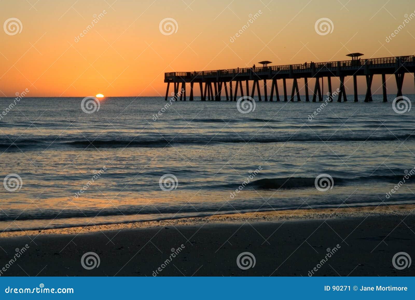 Wschód słońca Nad Plażowym Jax Molem