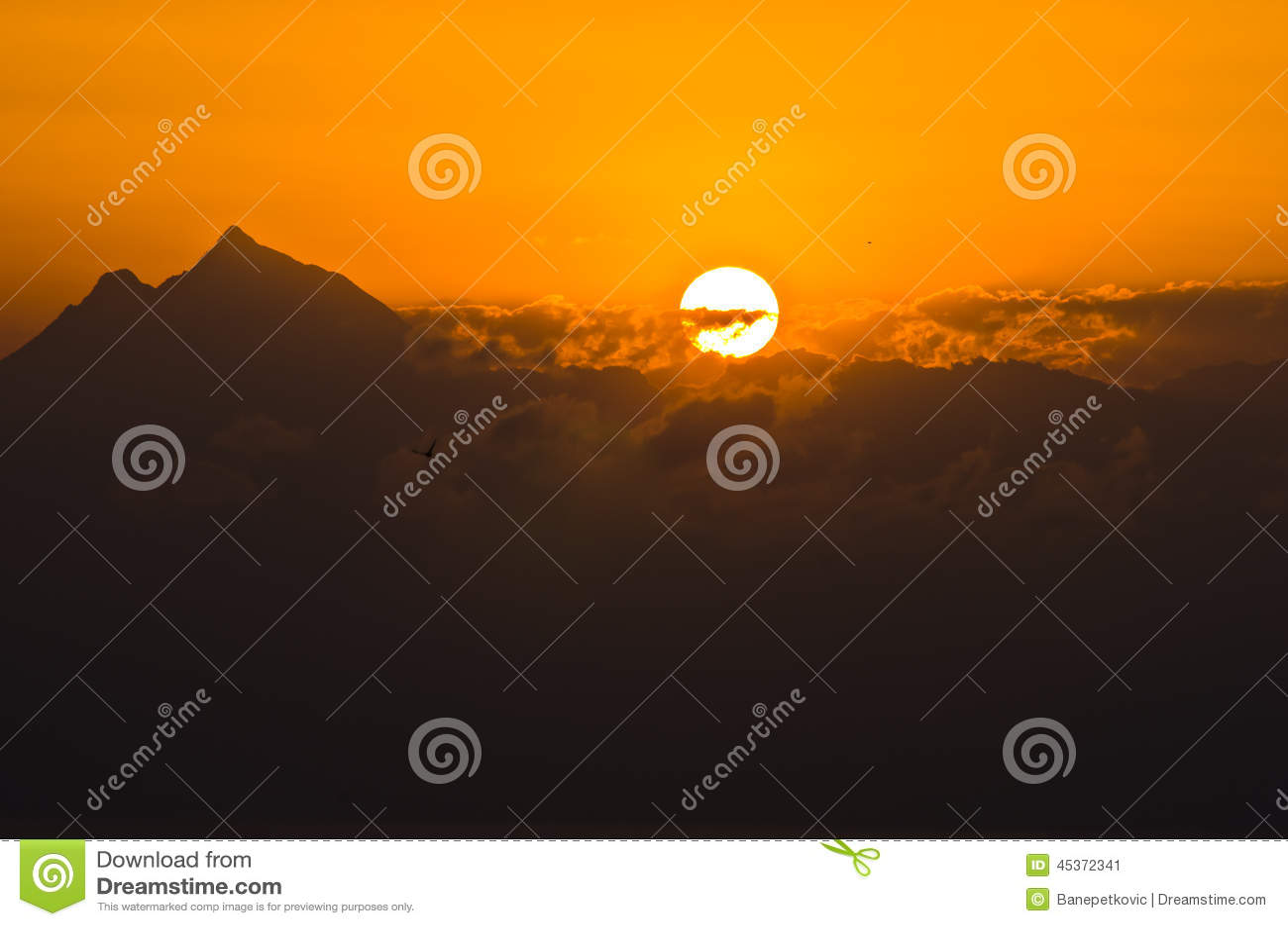 Wschód słońca przy świętym halnym Athos w Chalkidiki