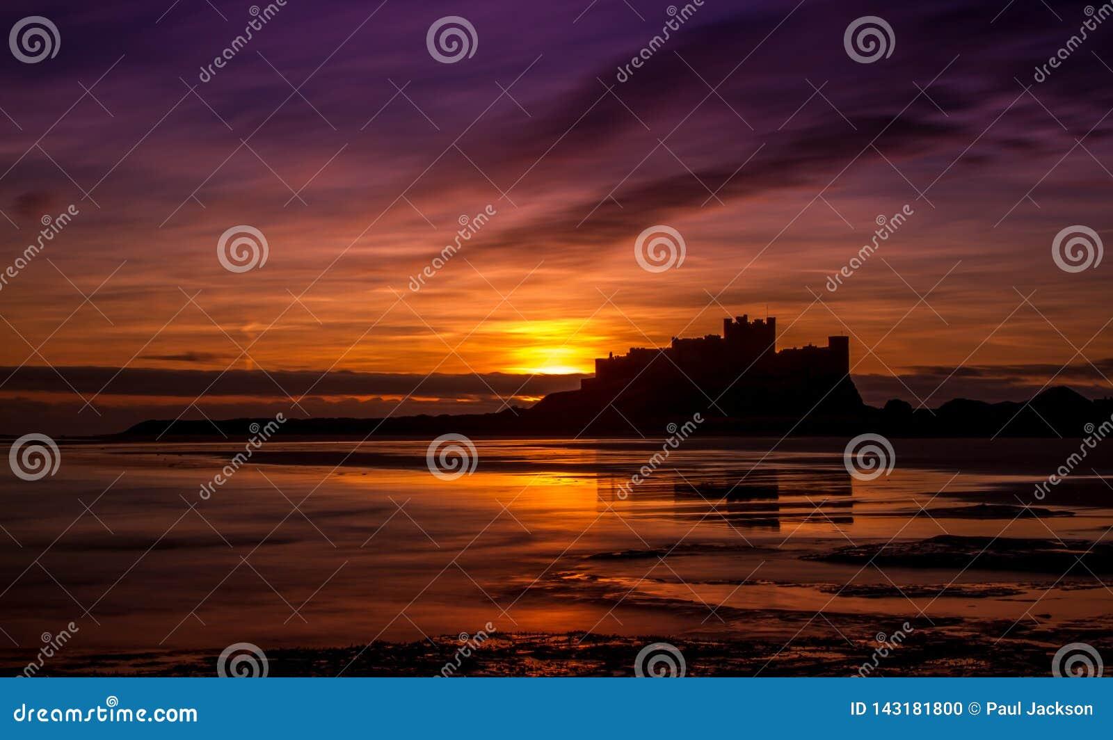 Wschód słońca przy Bamburgh kasztelem, Northumberland