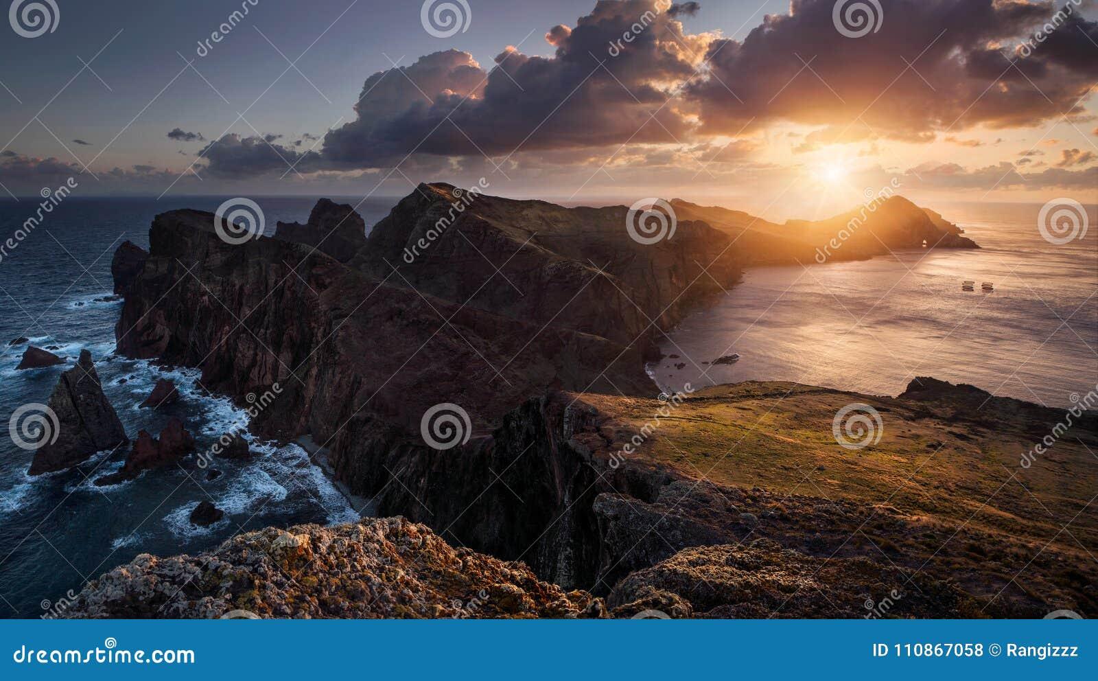 Wschód słońca przy oceanem