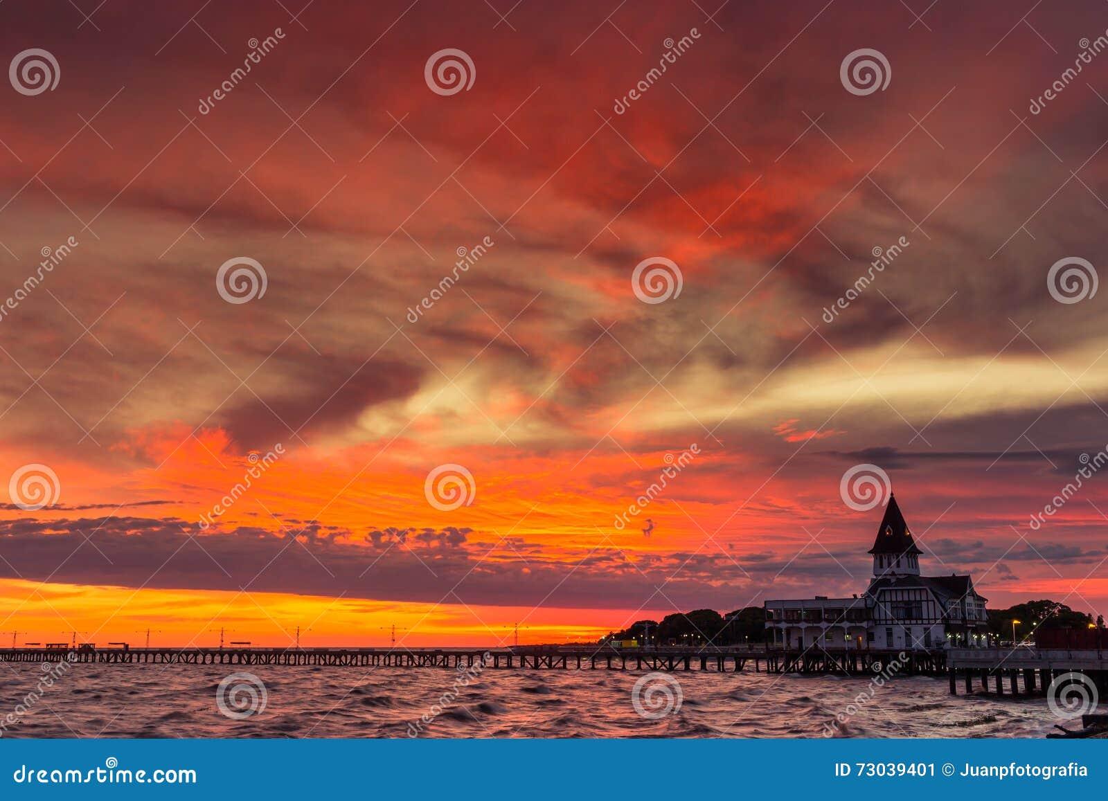 Wschód słońca rzeki molo