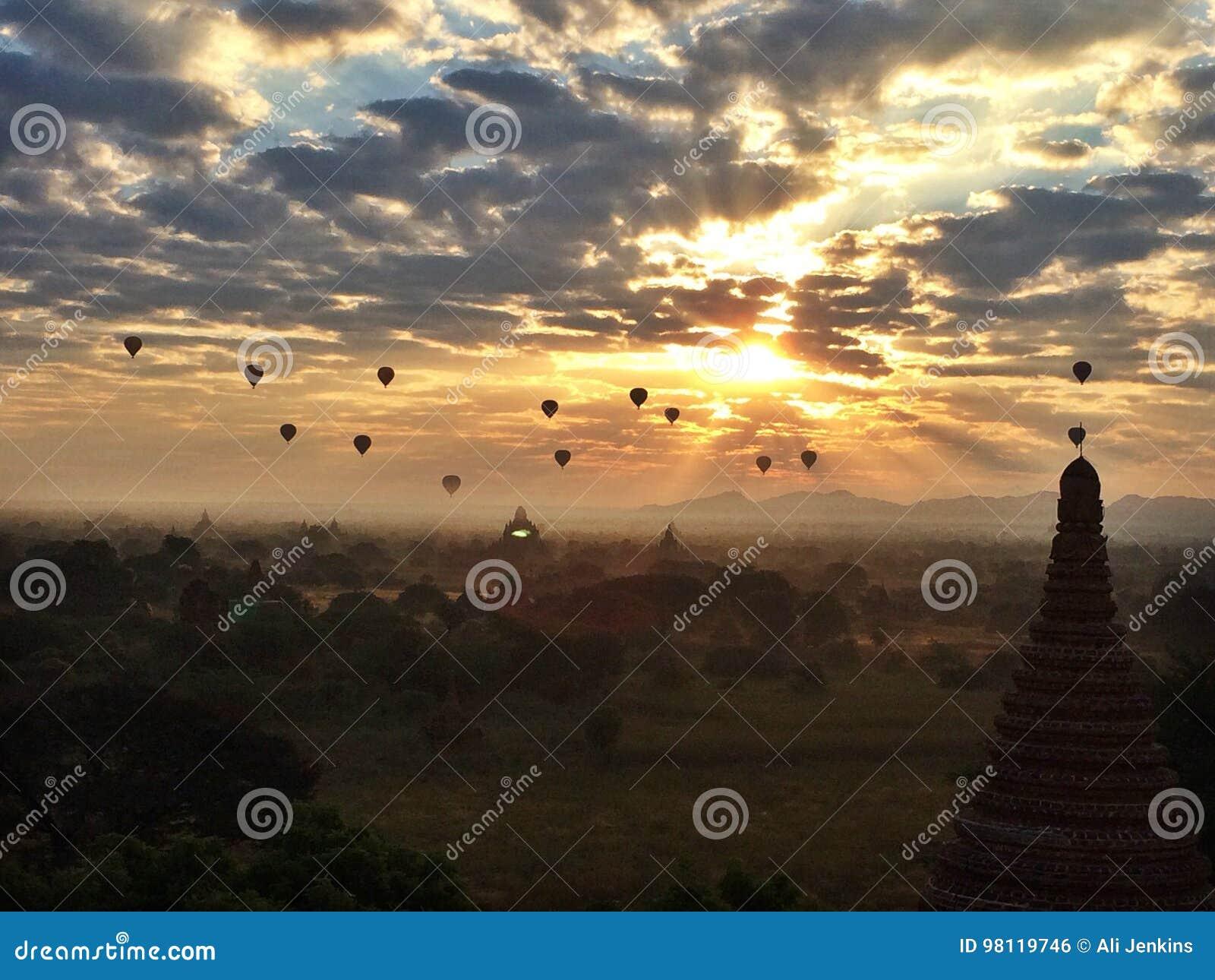 Wschód słońca szybko się zwiększać Bagan