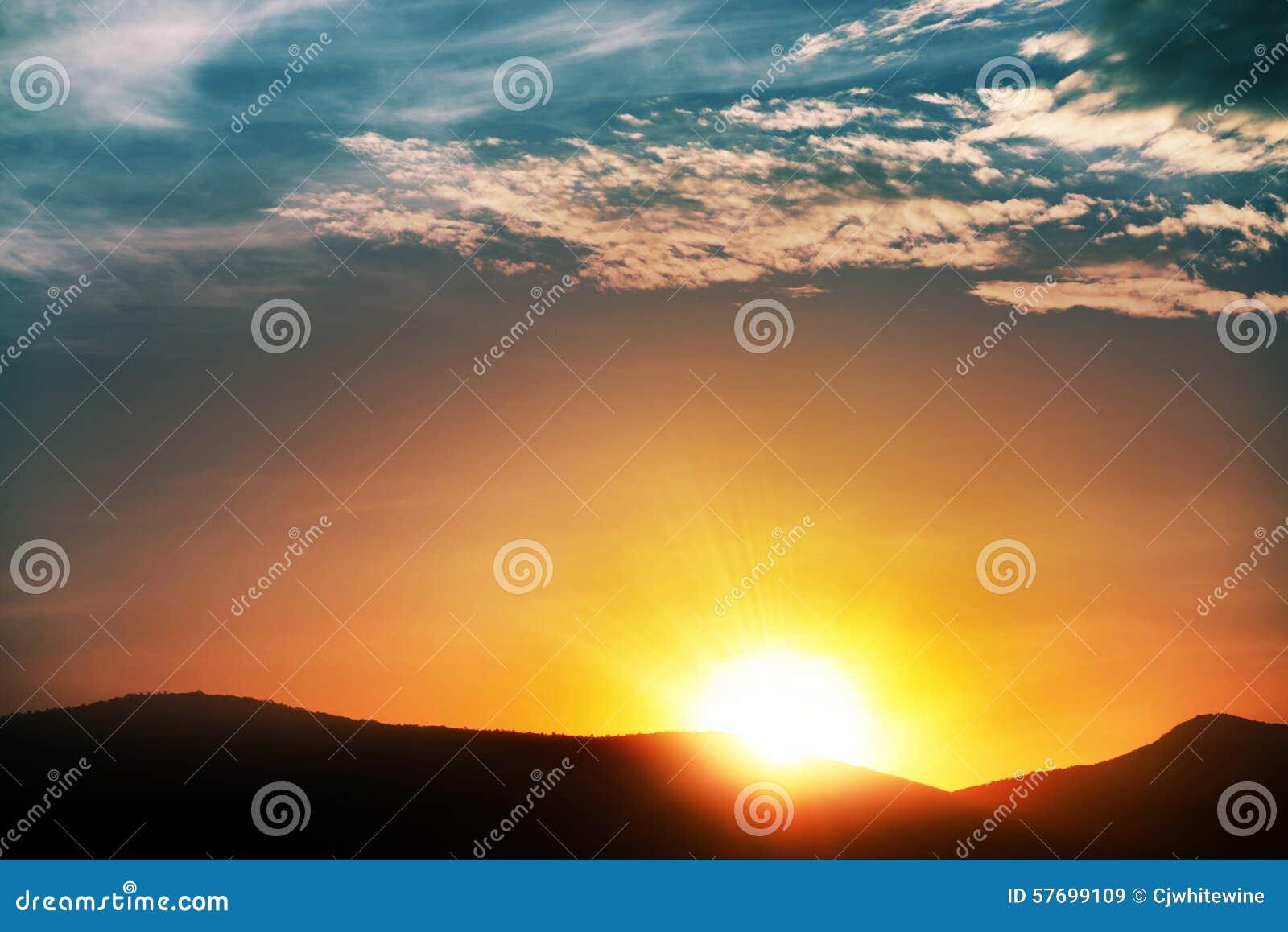 Wschód słońca w chmurze