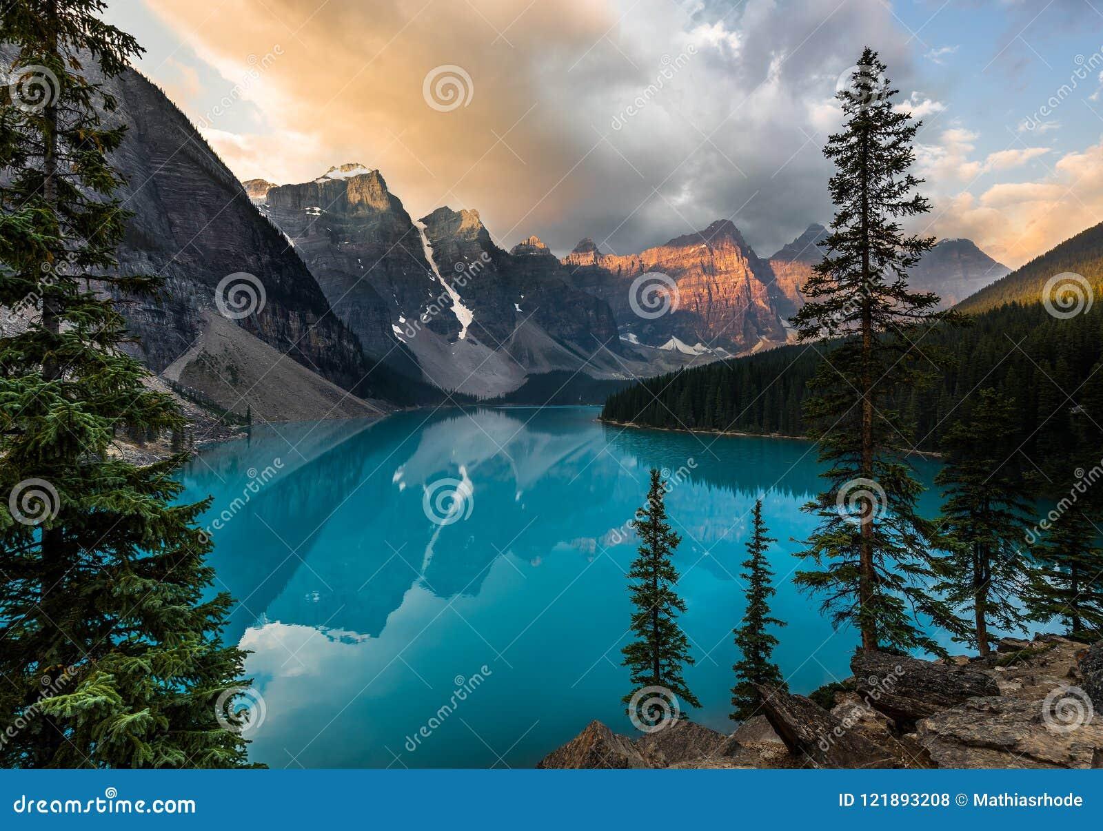 Wschód słońca z turkusem nawadnia Morena jezioro z grzech zaświecać skalistymi górami wewnątrz w Banff parku narodowym Kanada