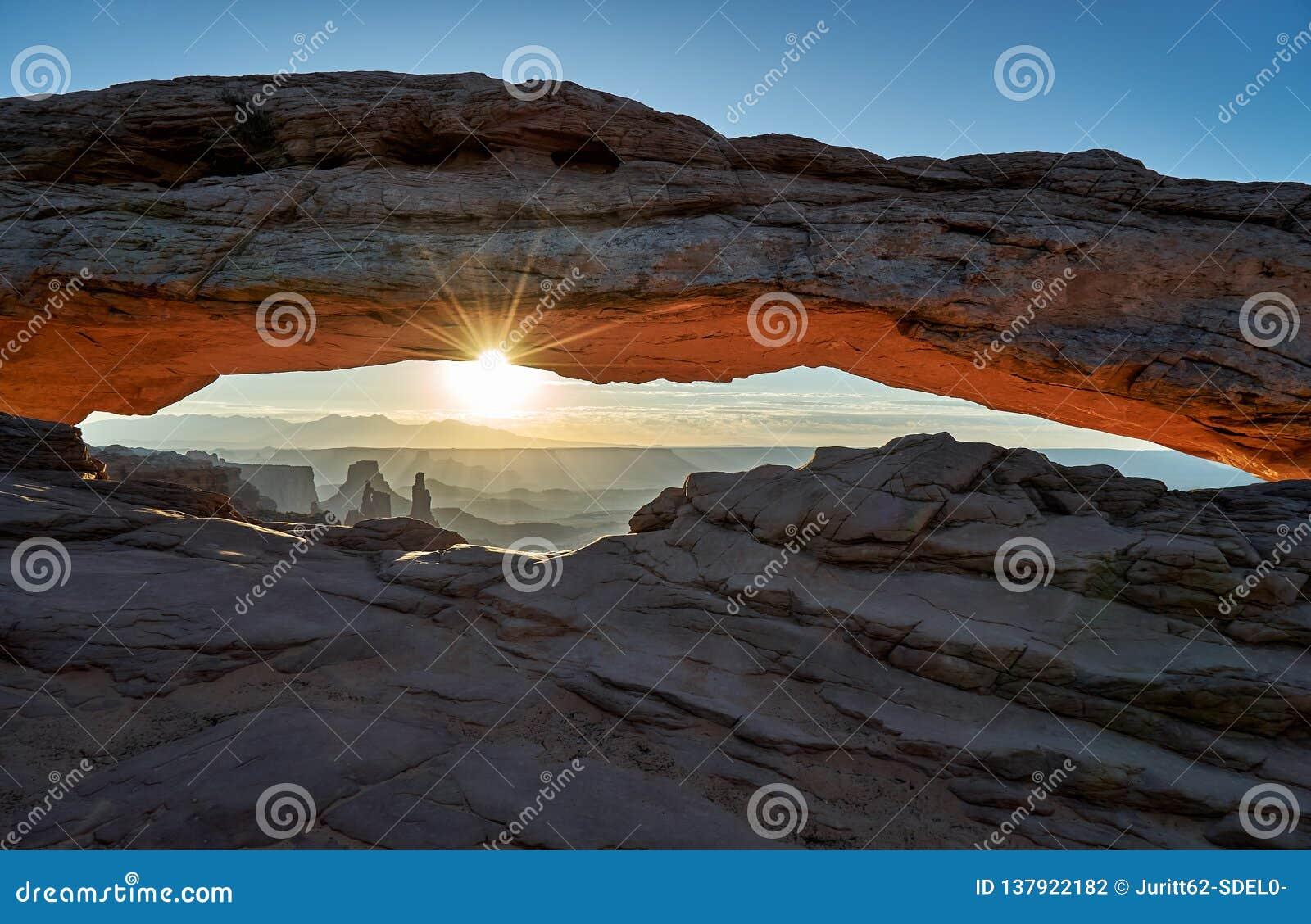 Wschód słońca za mesa łukiem w Canyonlands parku narodowym
