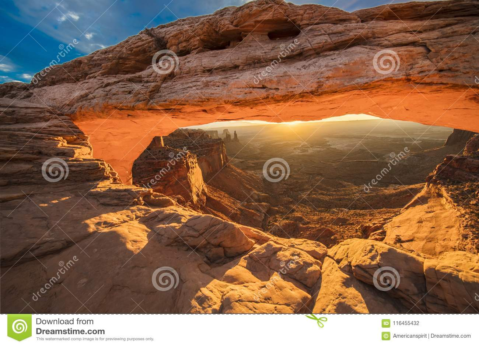 Wschód słońca za mesa łukiem w Canyonlands parku narodowym, Utah