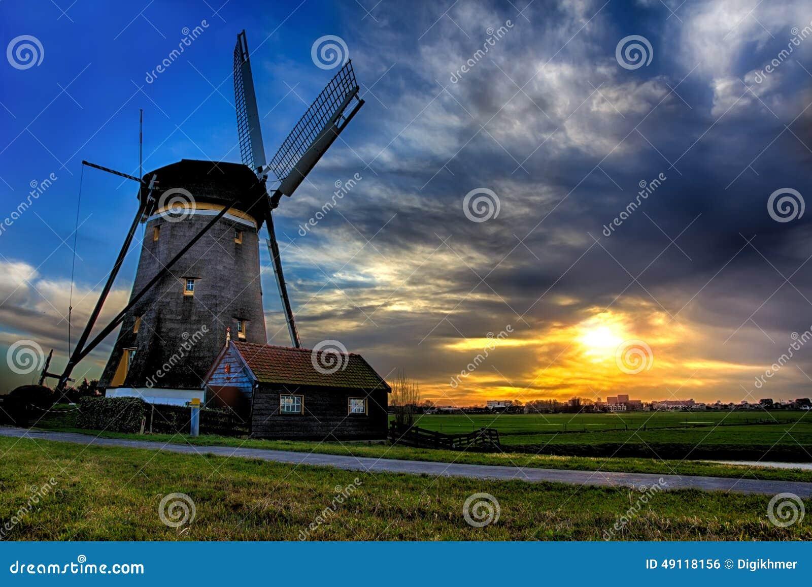 Wschodu słońca dom i gigant holandie