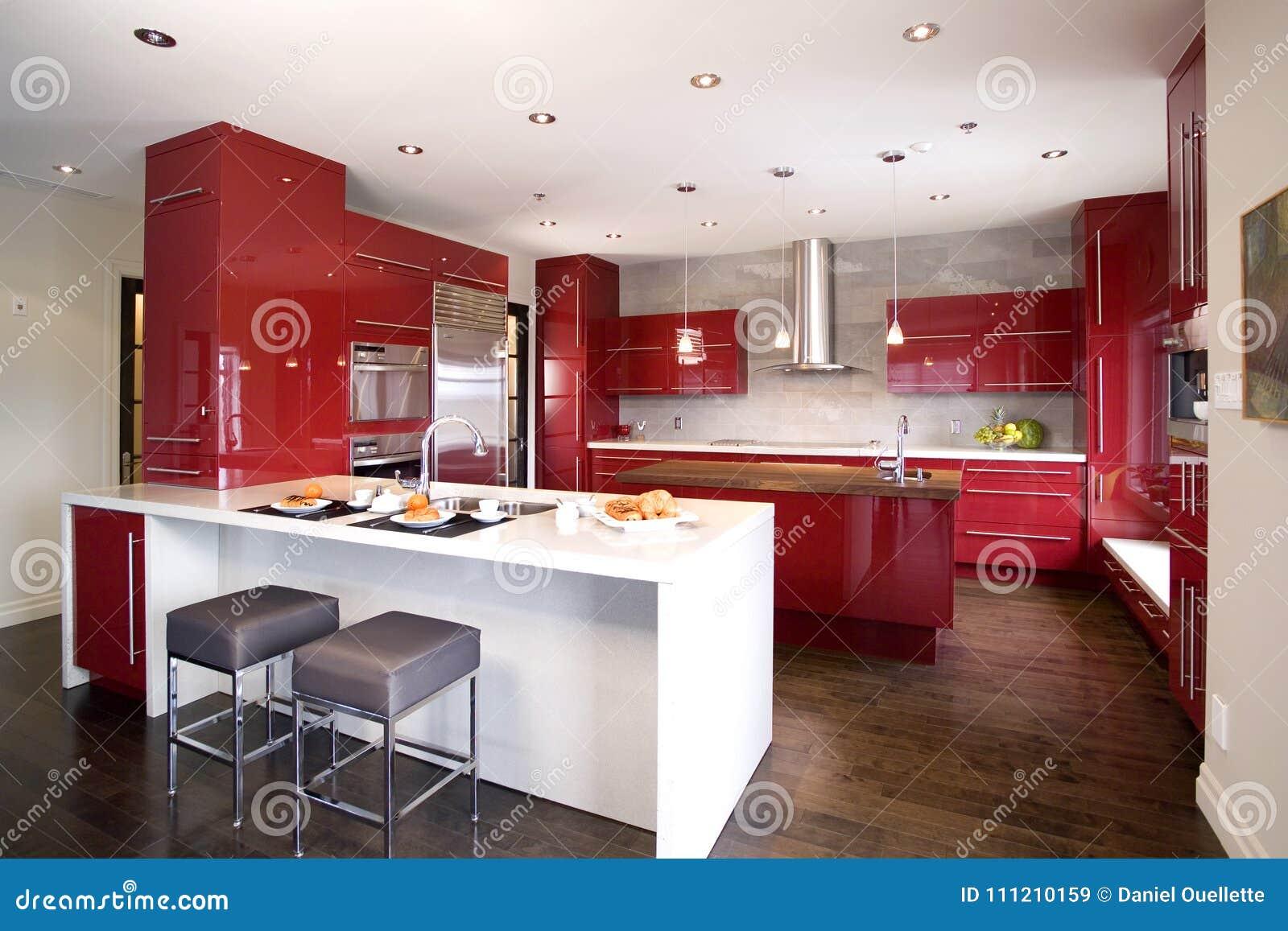 Współczesna czerwona nowożytna kuchnia z 2 różną wyspą