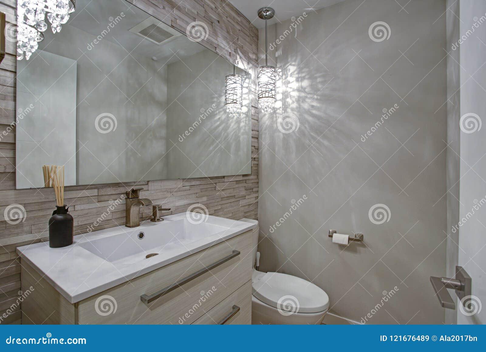 Współczesny łazienka projekt z taupe płytek akcentu liniową ścianą