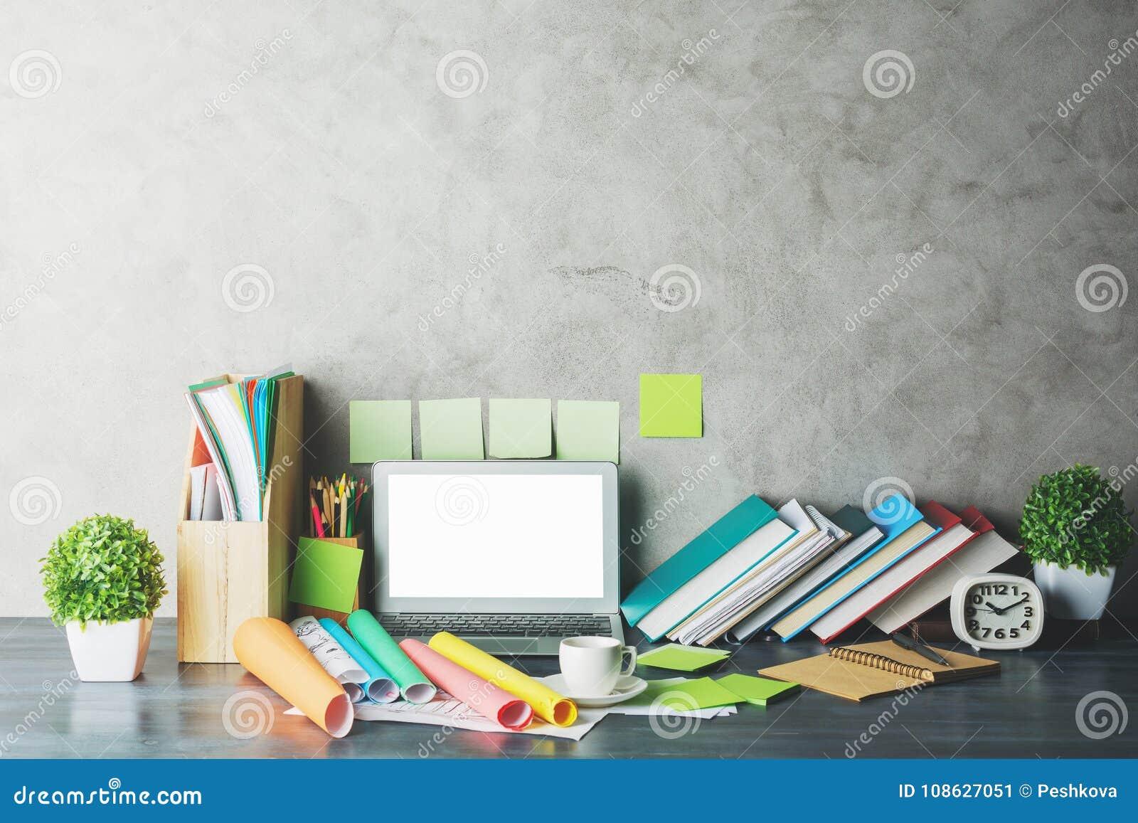 Współczesny desktop z pustym białym laptopem