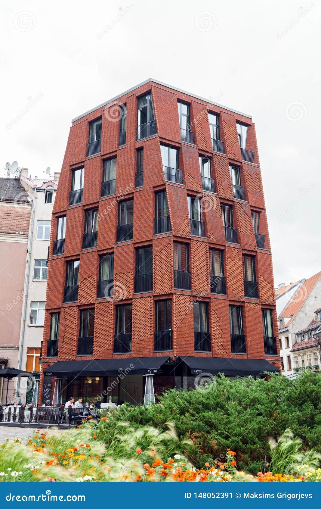 Wsp??czesny budynek w Starych Ryskich ulicach, Latvia, Lipiec 25 2018