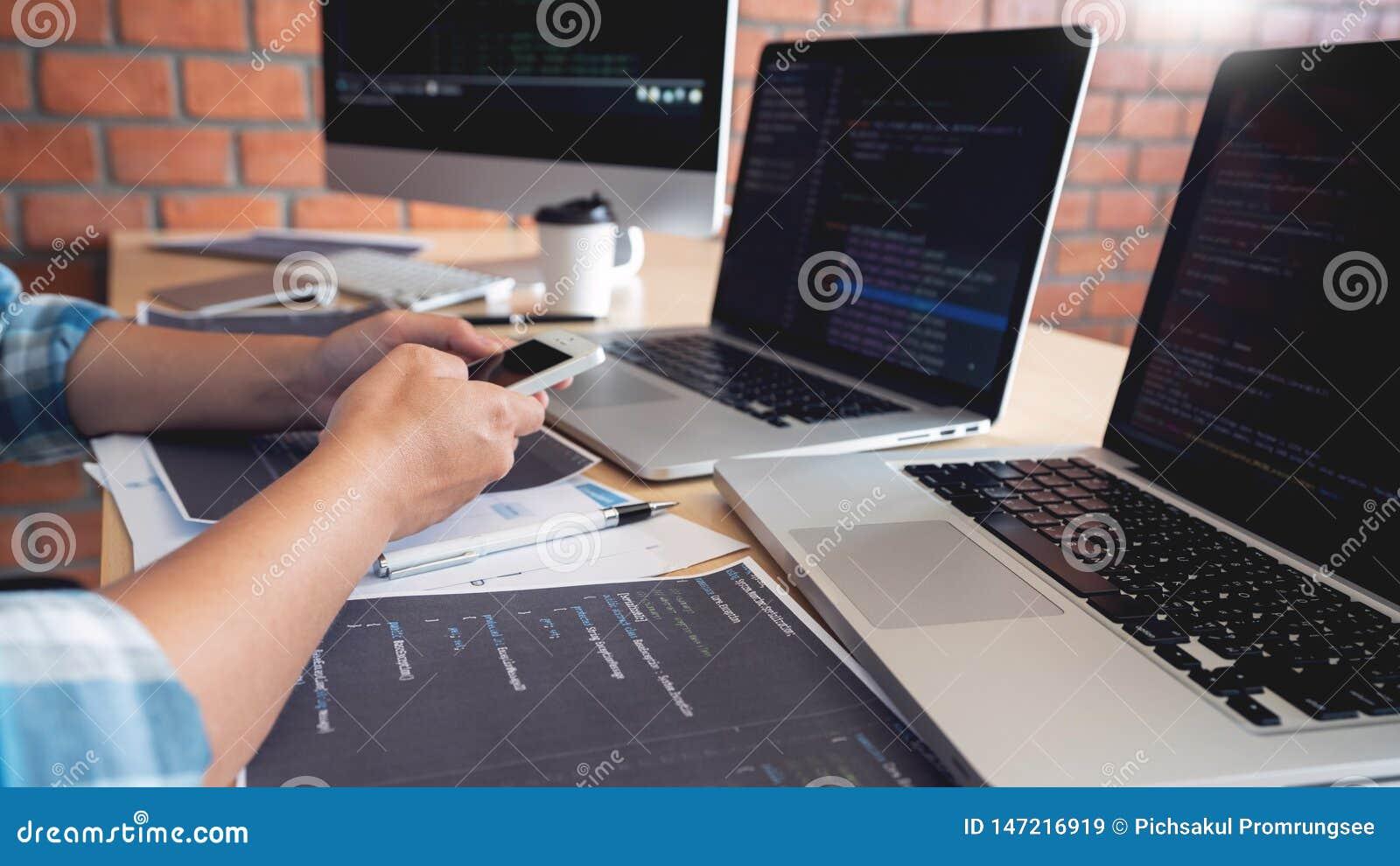 Wsp??pracuj?ce prac in?ynier oprogramowania strony internetowej przedsi?biorcy budowlanego technologie lub programisty pracuj?cy