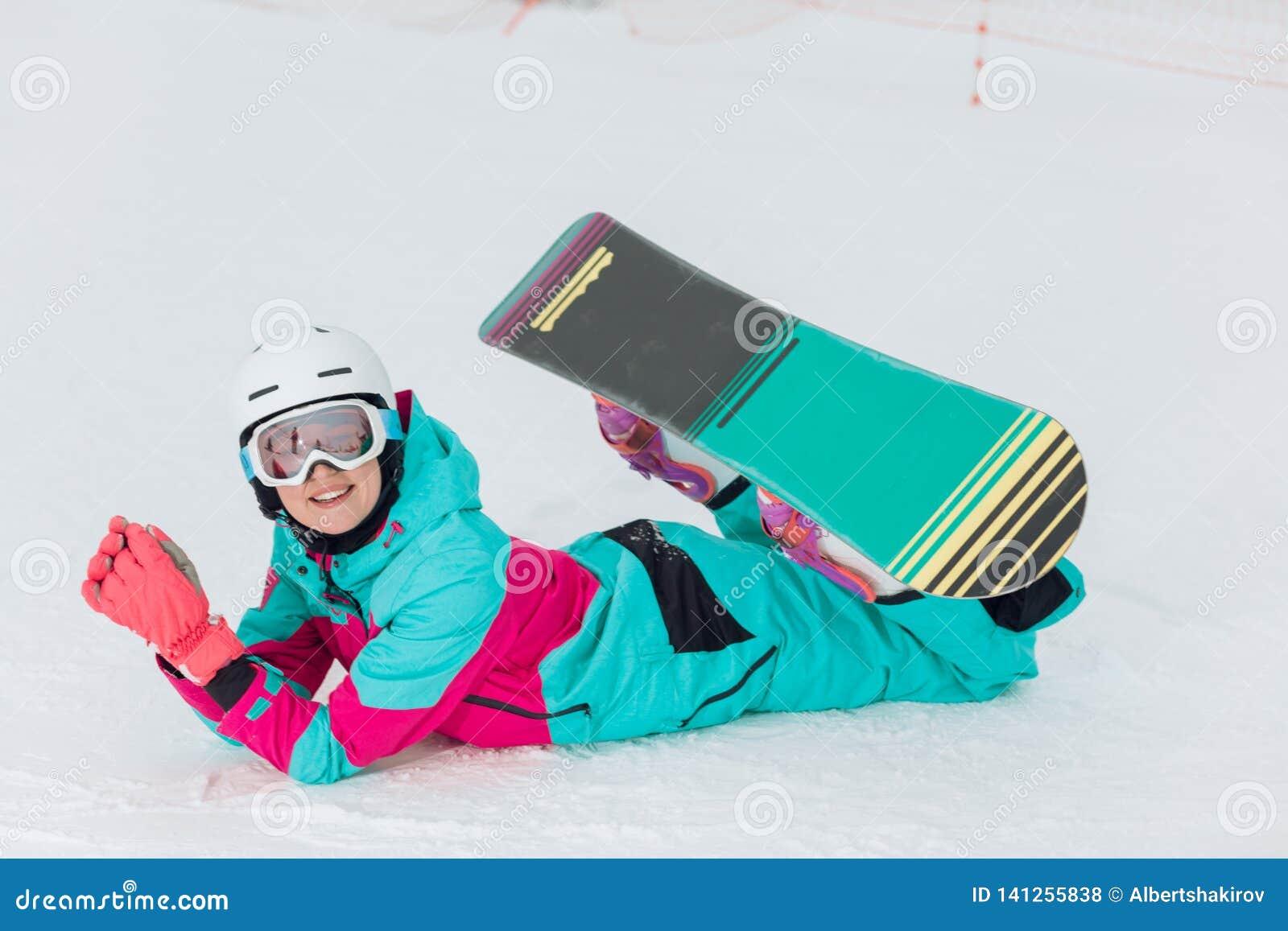 Wspaniała powabna młoda kobieta ma odpoczynek przy ośrodkiem narciarskim