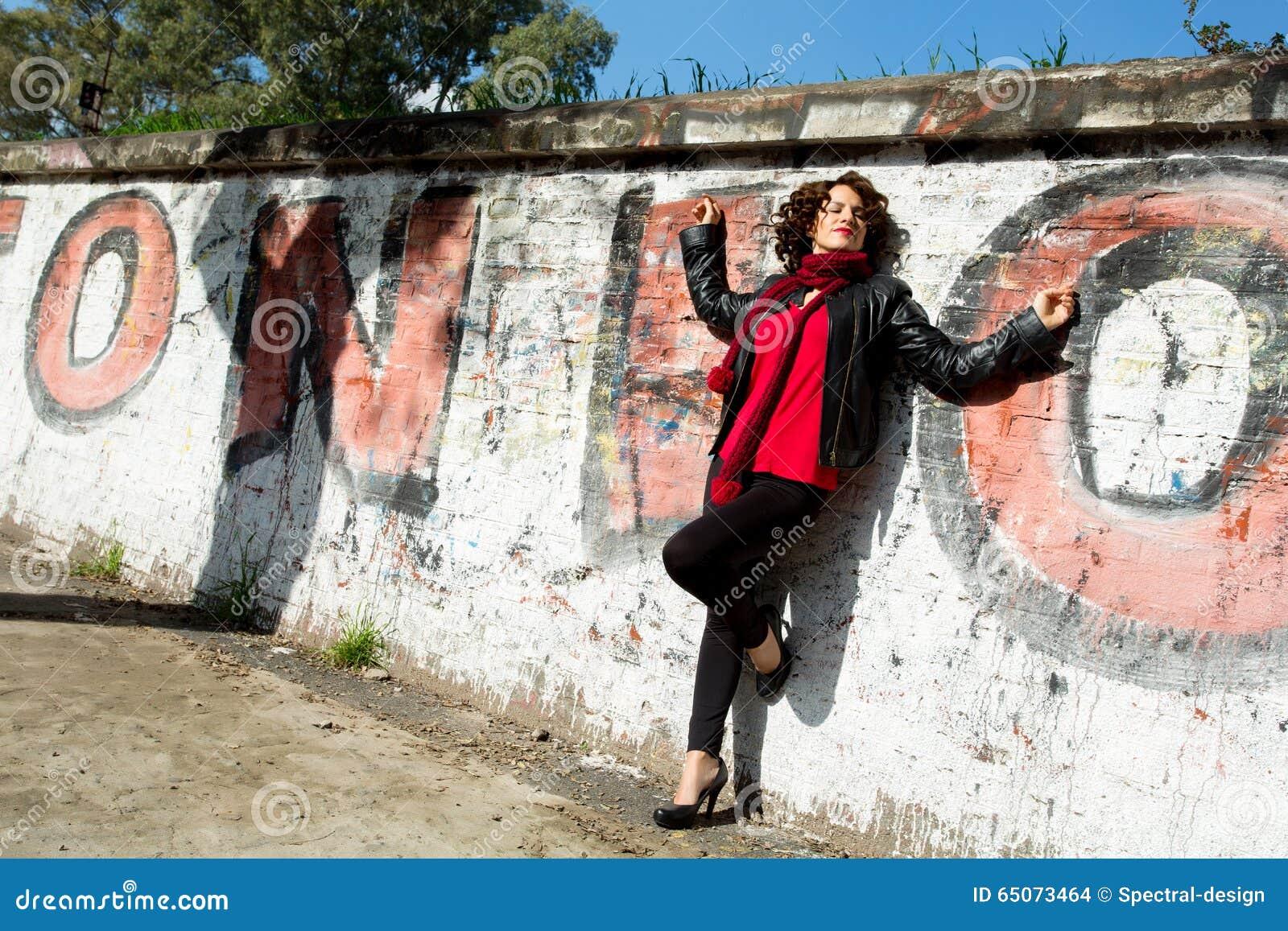 Wspaniała kobieta pozuje z graffiti
