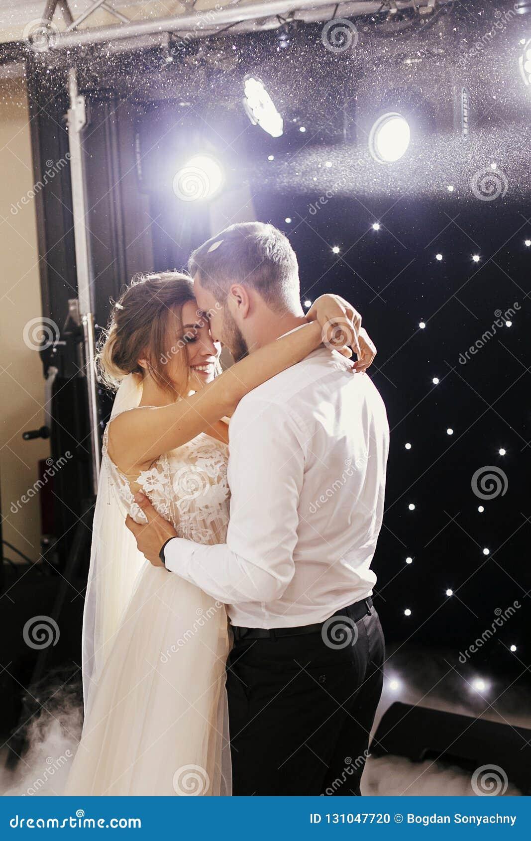 Wspaniała panna młoda i elegancki fornal delikatnie tanczy przy ślubnym recep