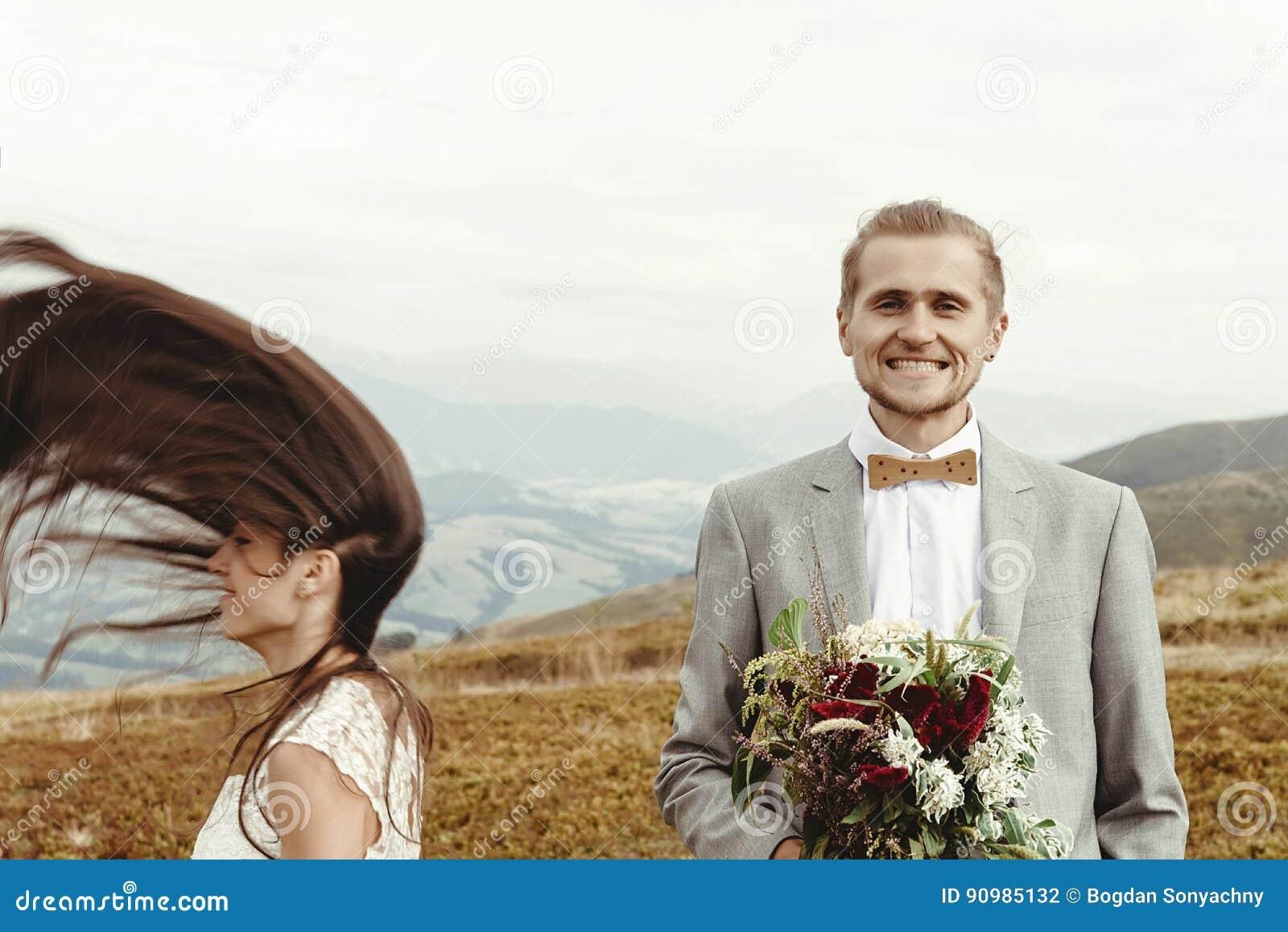 Wspaniała panna młoda i elegancki fornal ma zabawę, boho ślub, luxu