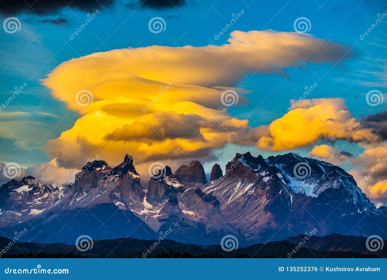 Wspaniałe pomarańcz chmury