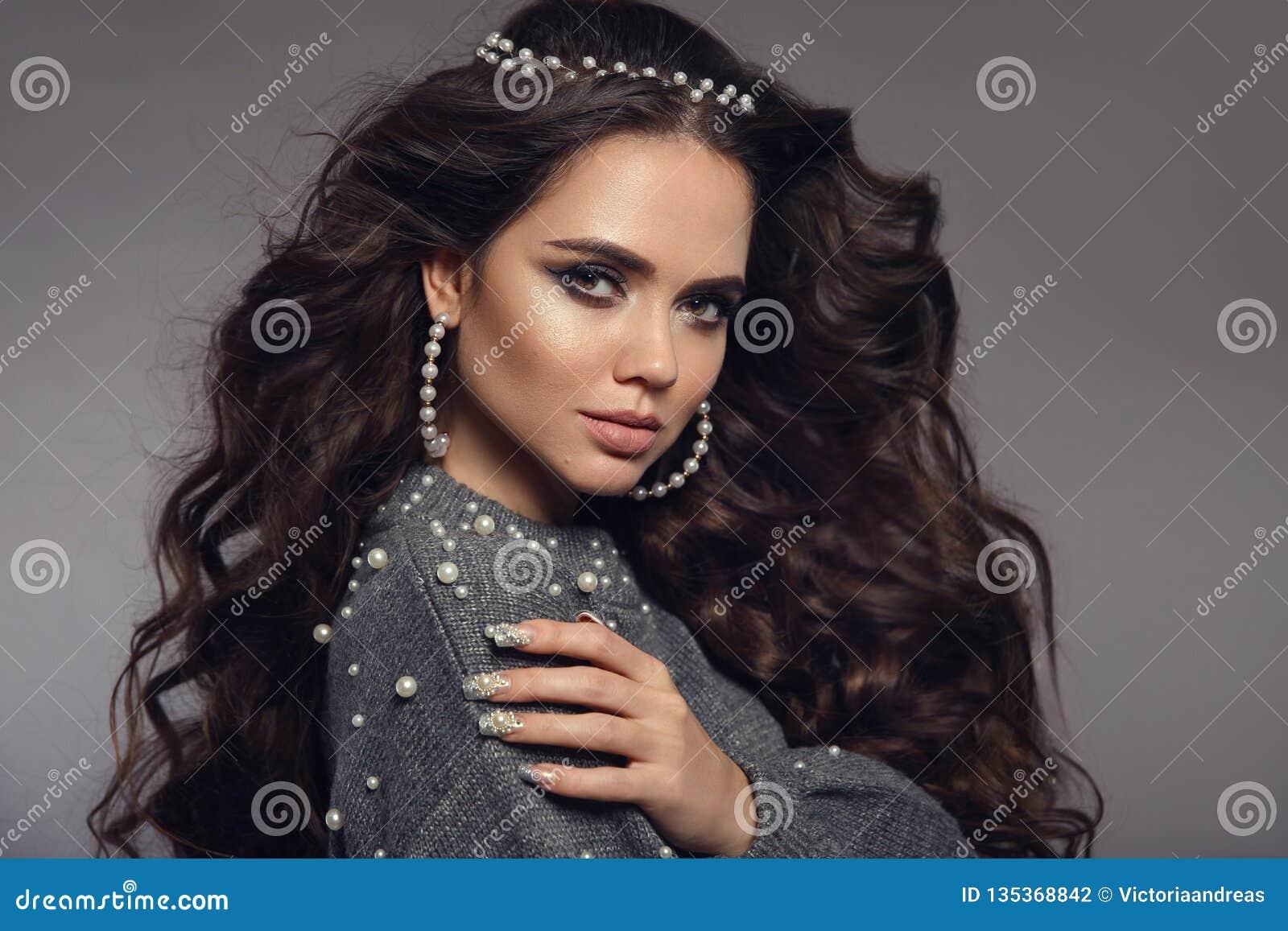 Wspaniały brunetka portret Piękna Makeup Operla biżuteria set Kędzierzawy długie włosy styl Robiący manikiur Gwoździe Zmysłowy dz